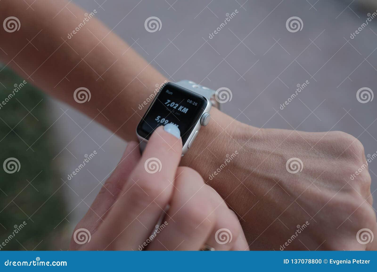 Relógio esperto em uma mão em um modo dos esportes