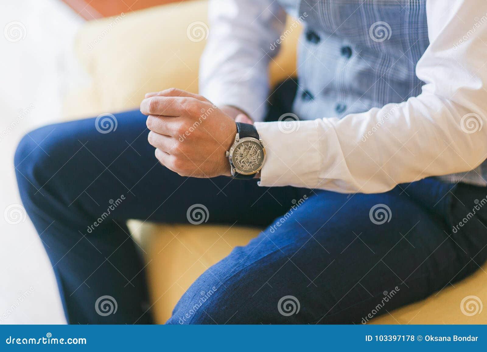 Relógio na mão do ` s do homem Noivo que prepara-se para a cerimônia de casamento Tiro do close-up