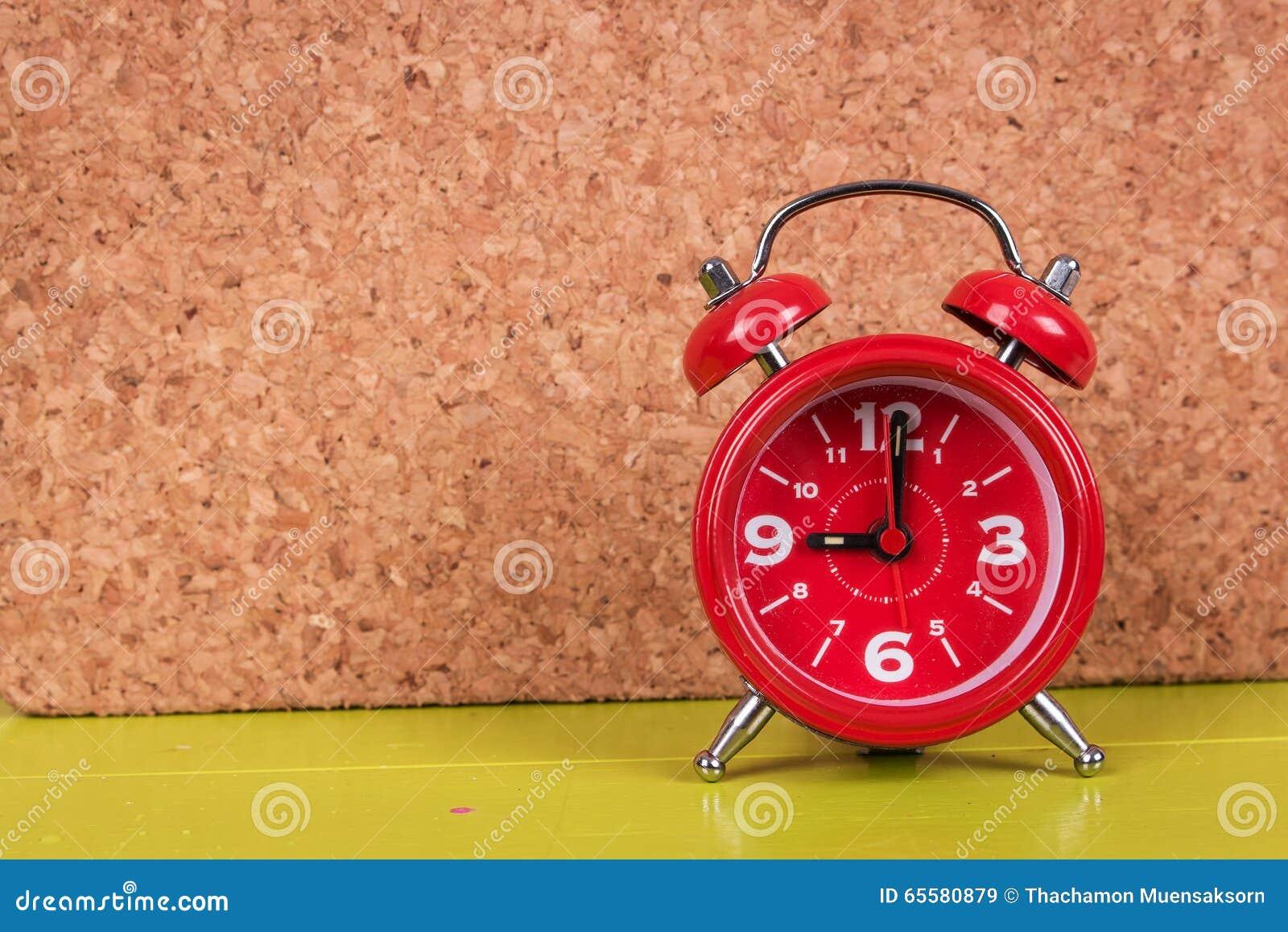 Relógio no fundo de madeira