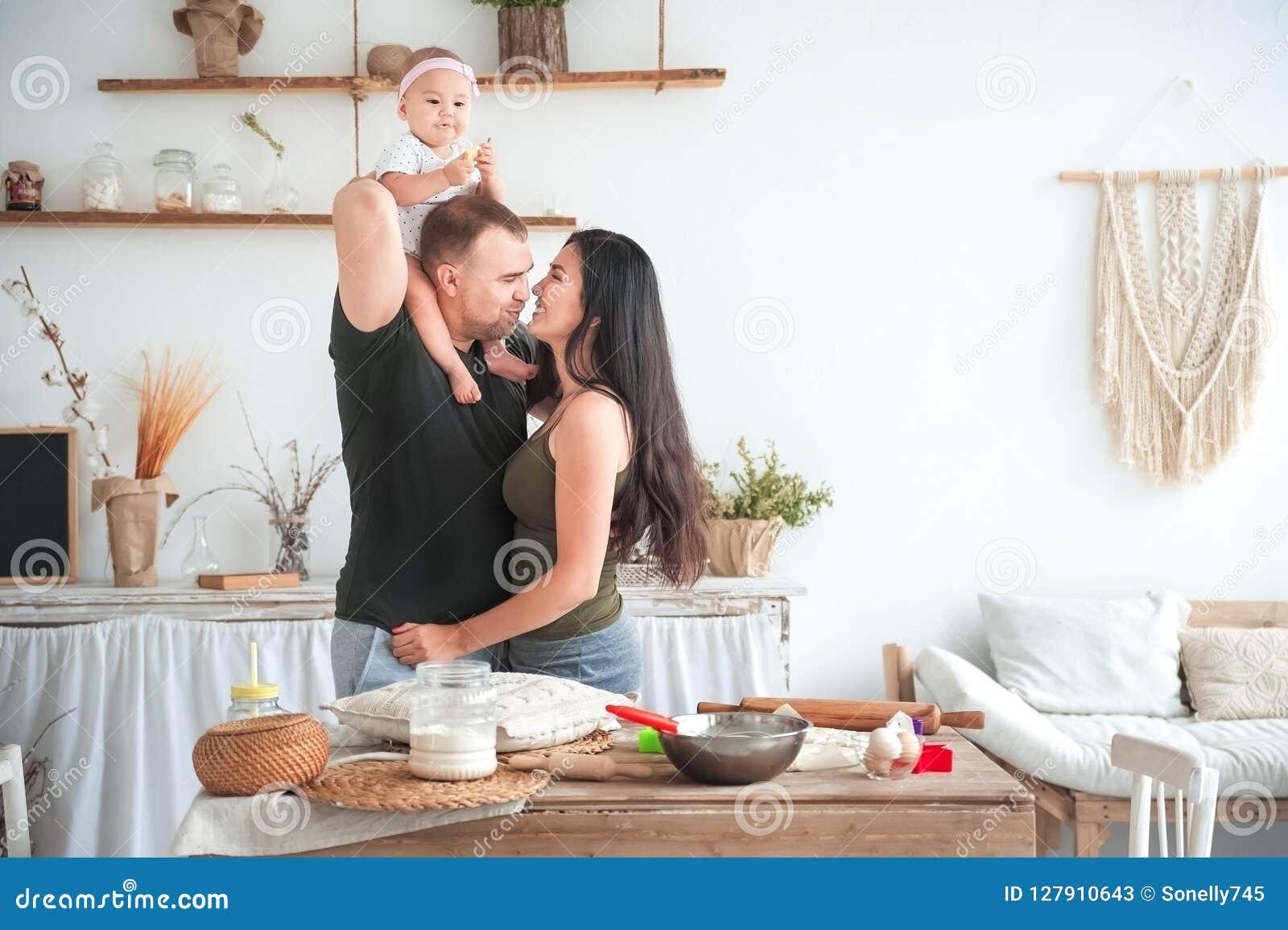 El Beso En La Cocina Brillante, Niños Del Papá Y De La Mamá Ayuda A Cocinar  En La Cocina