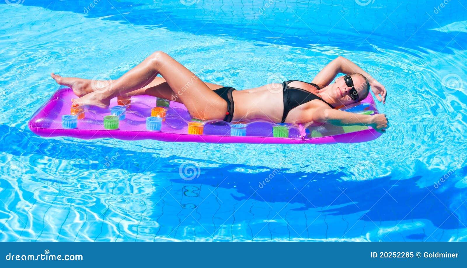 Relajación en la piscina