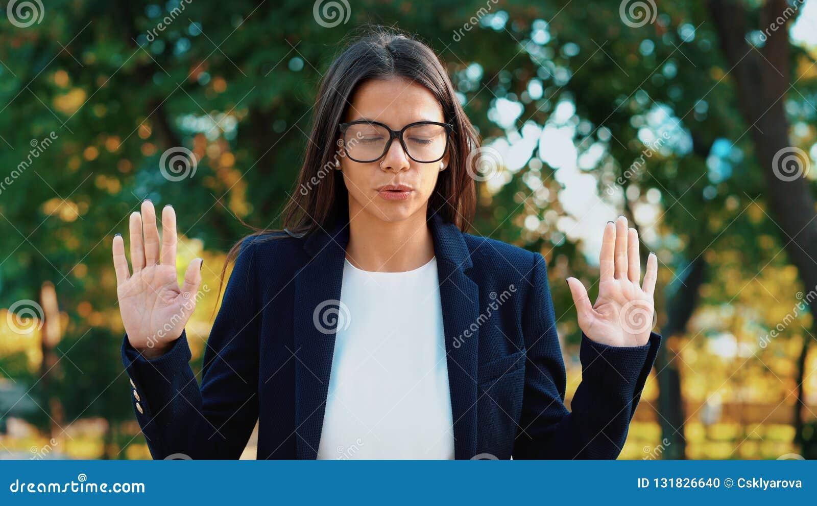 Relajación tranquila joven de la empresaria, meditando en el parque verde La muchacha rechaza la tensión y toma la situación, cal
