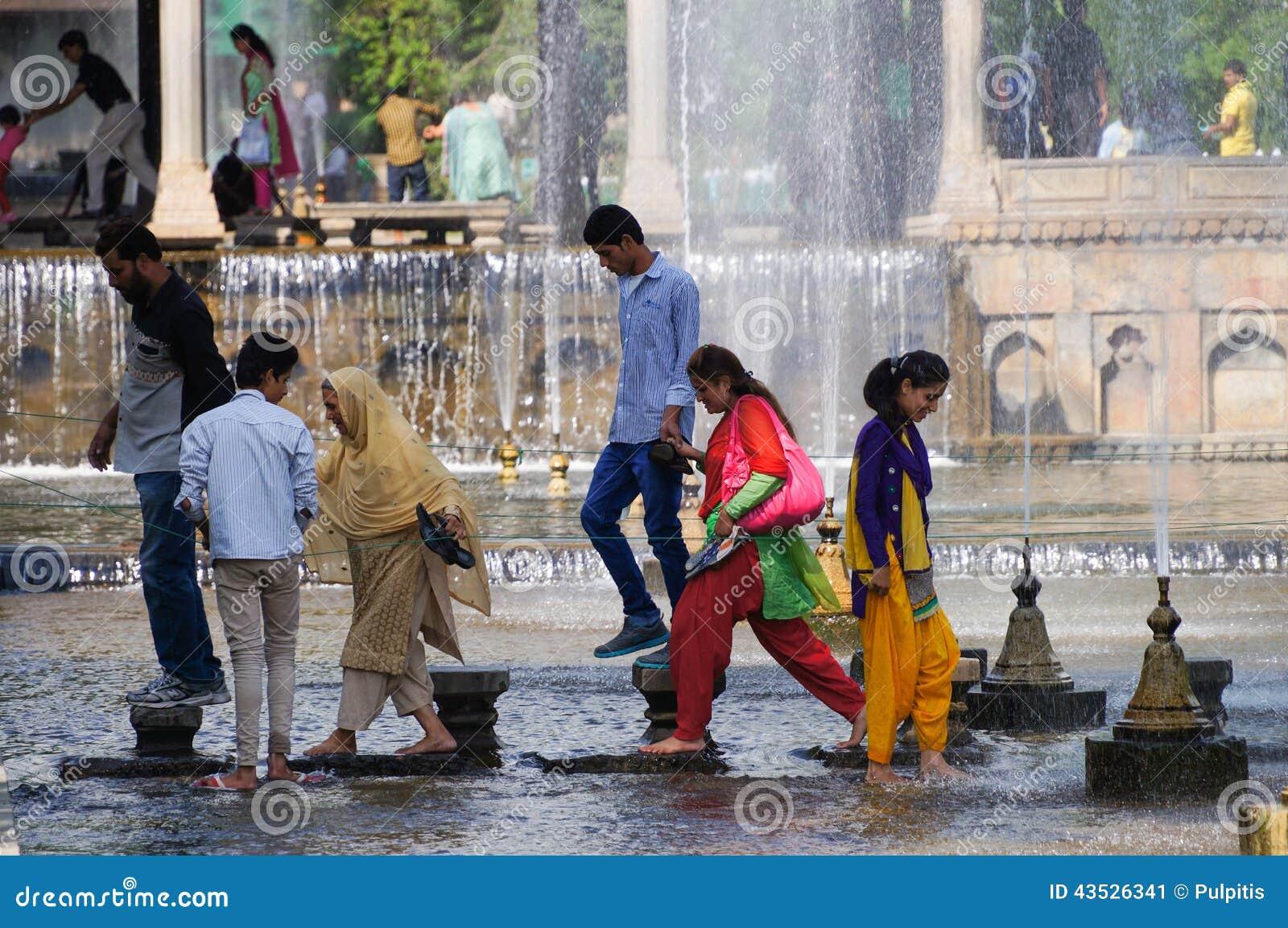 Relaje el tiempo en el jardín Shalimar Srinagar, Cachemira, la India de Mughal