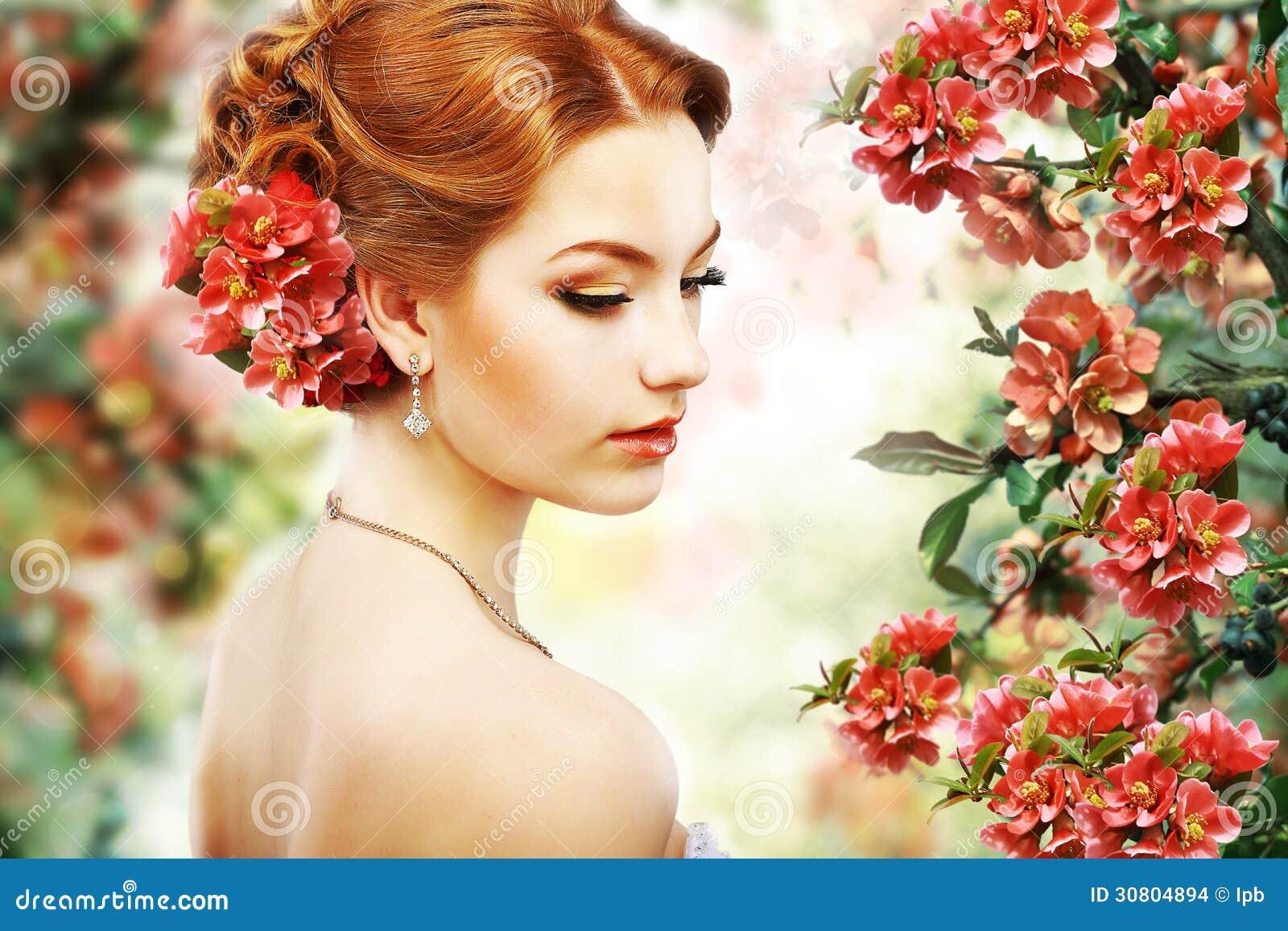 Relaks. Profil Czerwony Włosiany piękno nad Naturalnym Kwiecistym tłem. Natura. Okwitnięcie
