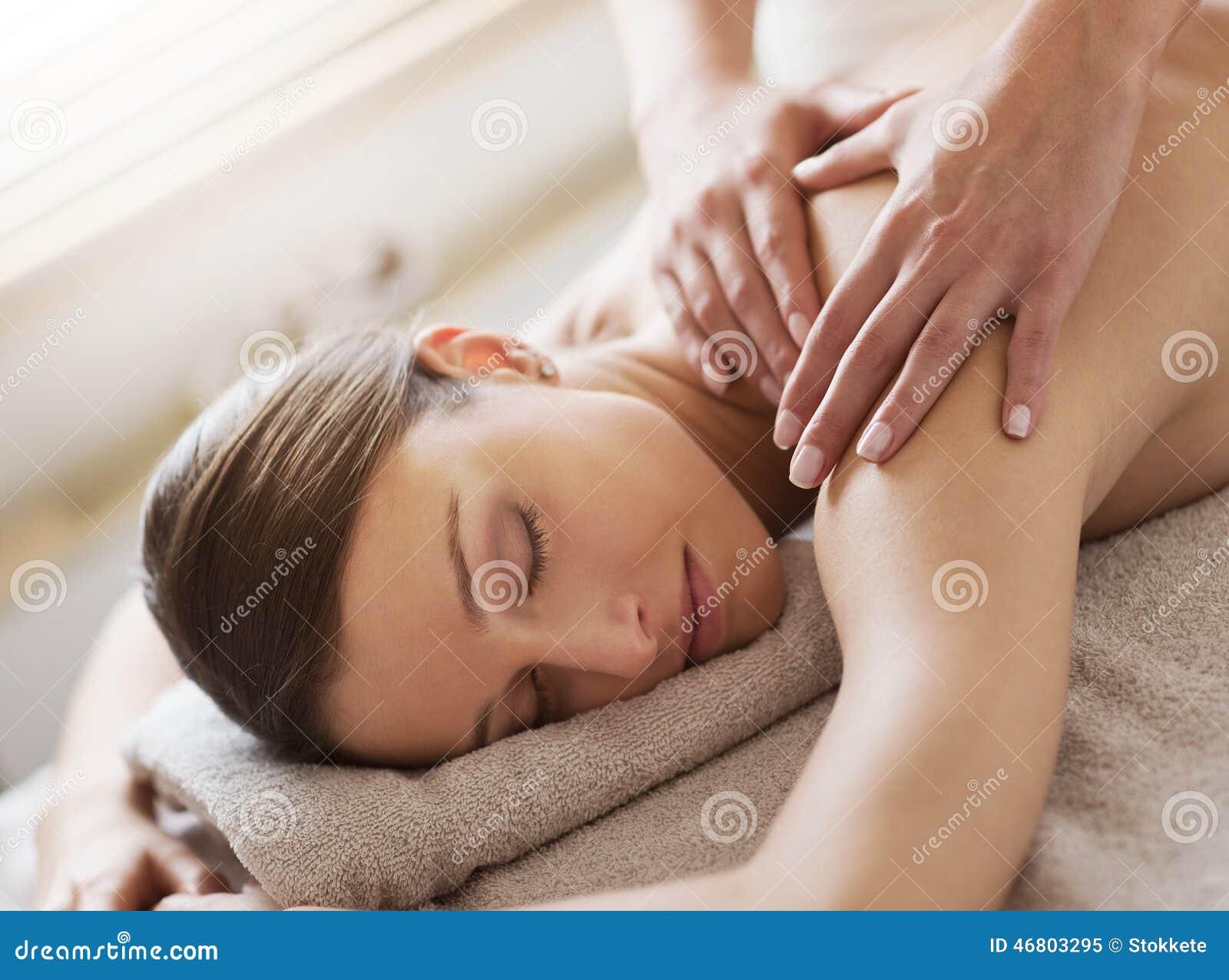 Relaksować z powrotem masaż przy zdrojem