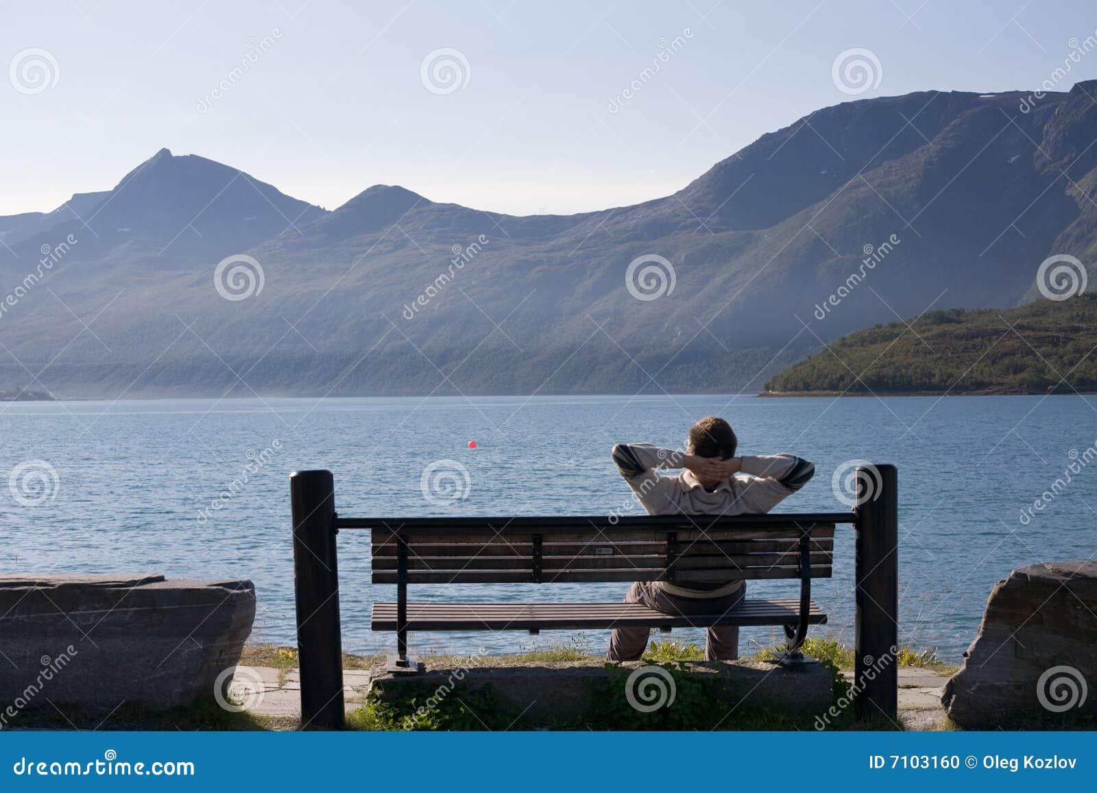 Relaksujący jeziorny banka mężczyzna