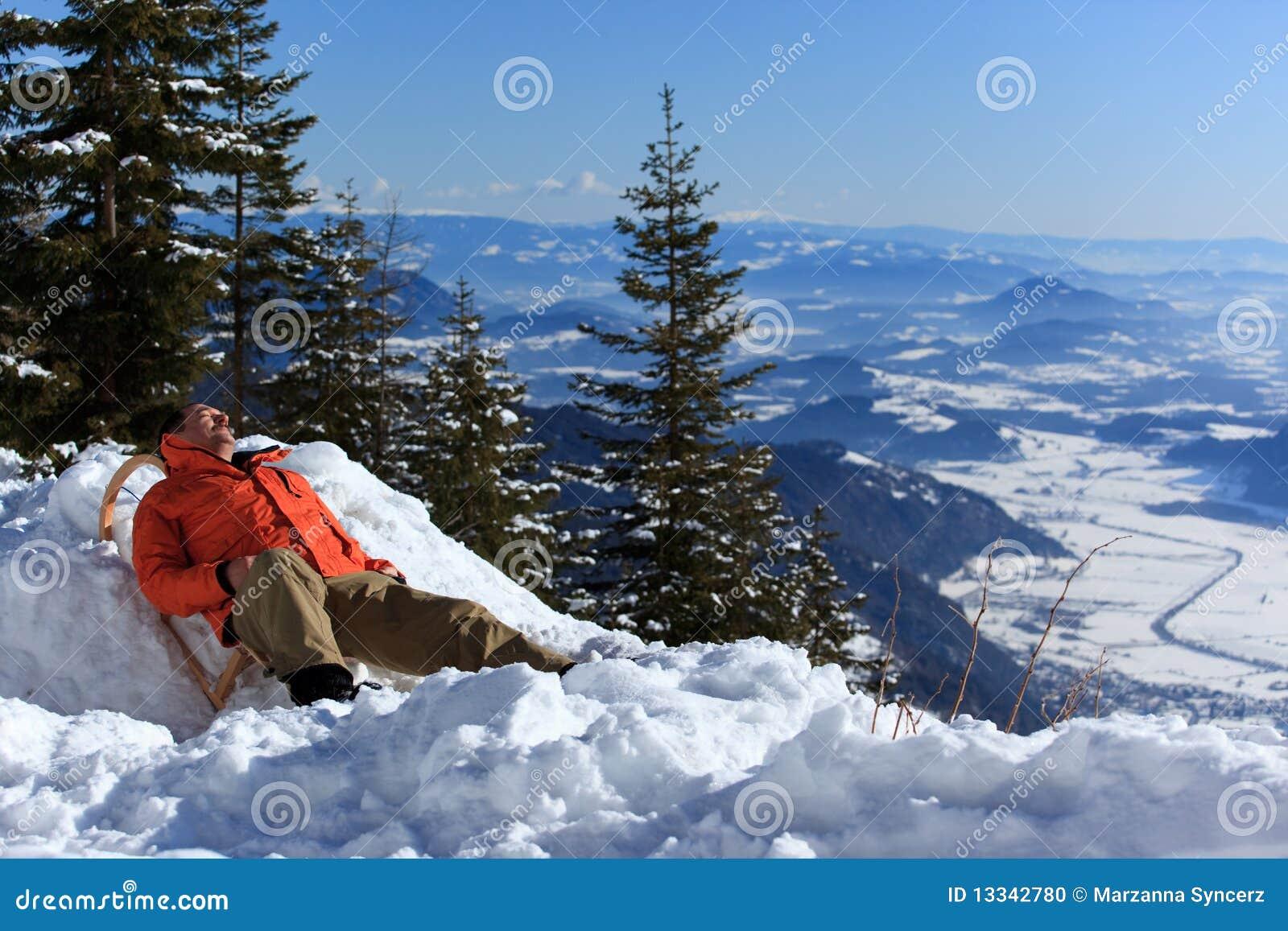 Relaksujący mężczyzna śnieg