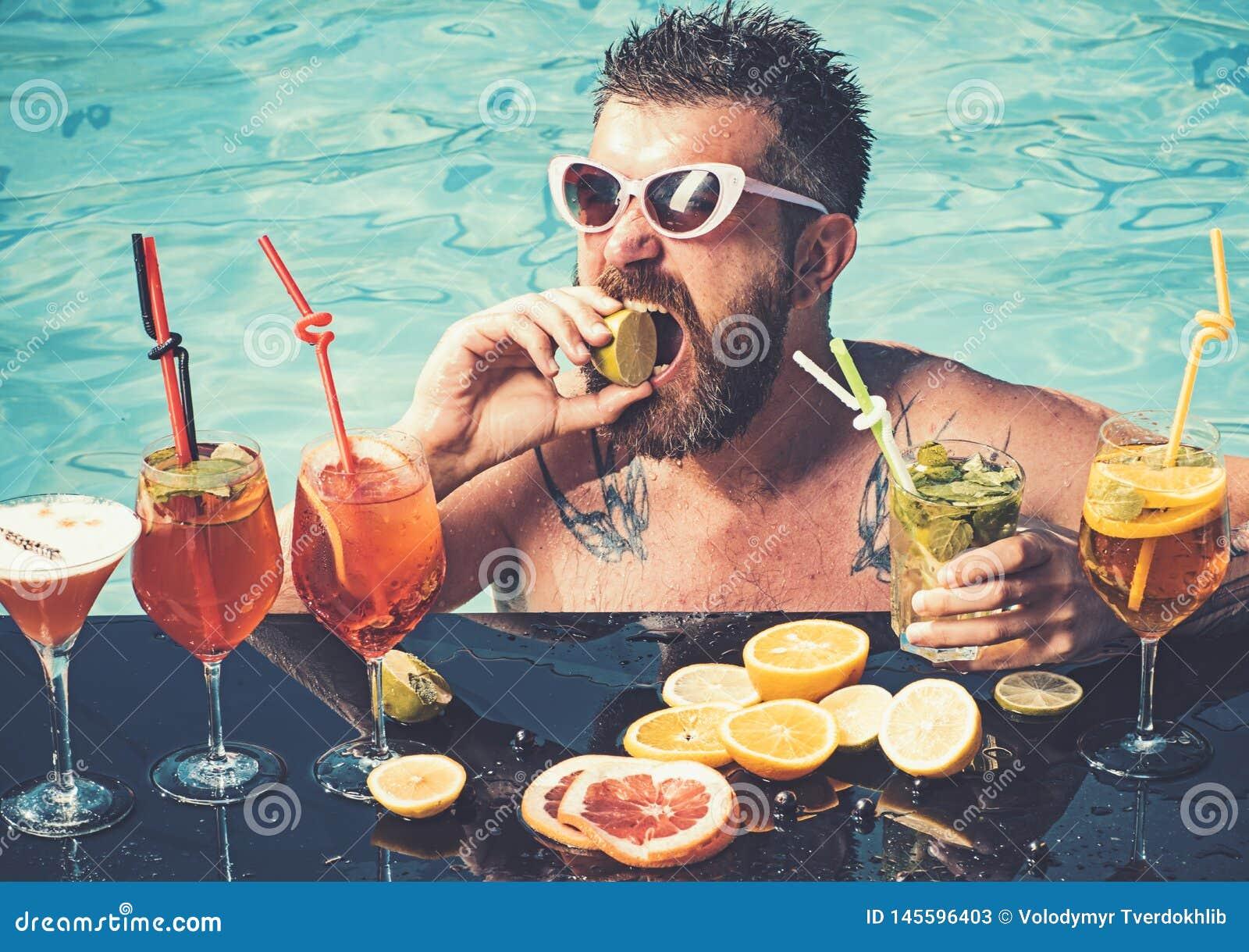 Relaksuje przy morza i zdroju kurortem Koktajl z owoc przy brodatym m??czyzn? w basenie Basenu przyj?cie, witamina i dieting, P?y