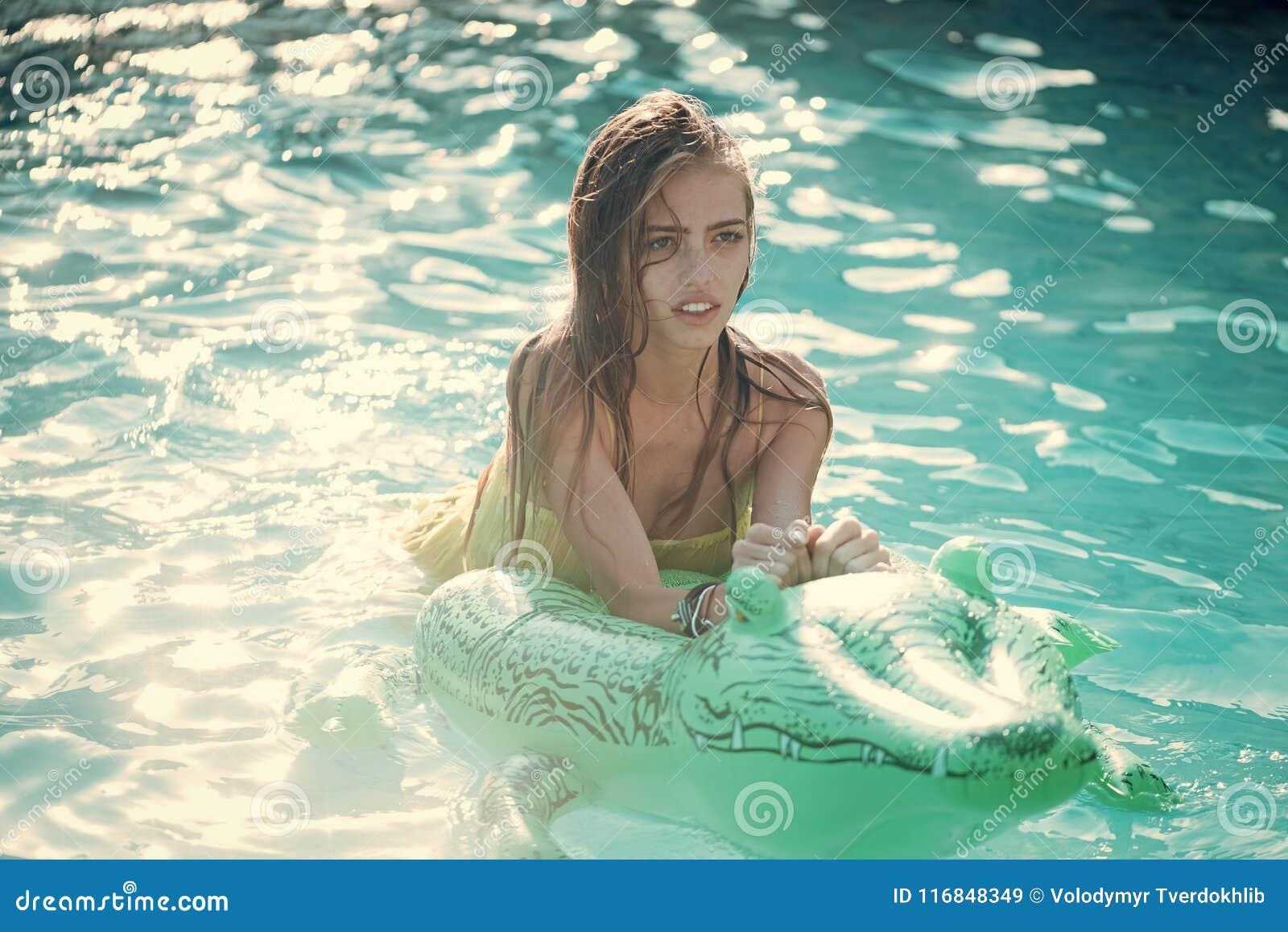 Relaksuje w luksusowym pływackim basenie Wakacje i podróż ocean, Maldives Moda krokodyla skóra wewnątrz i dziewczyna