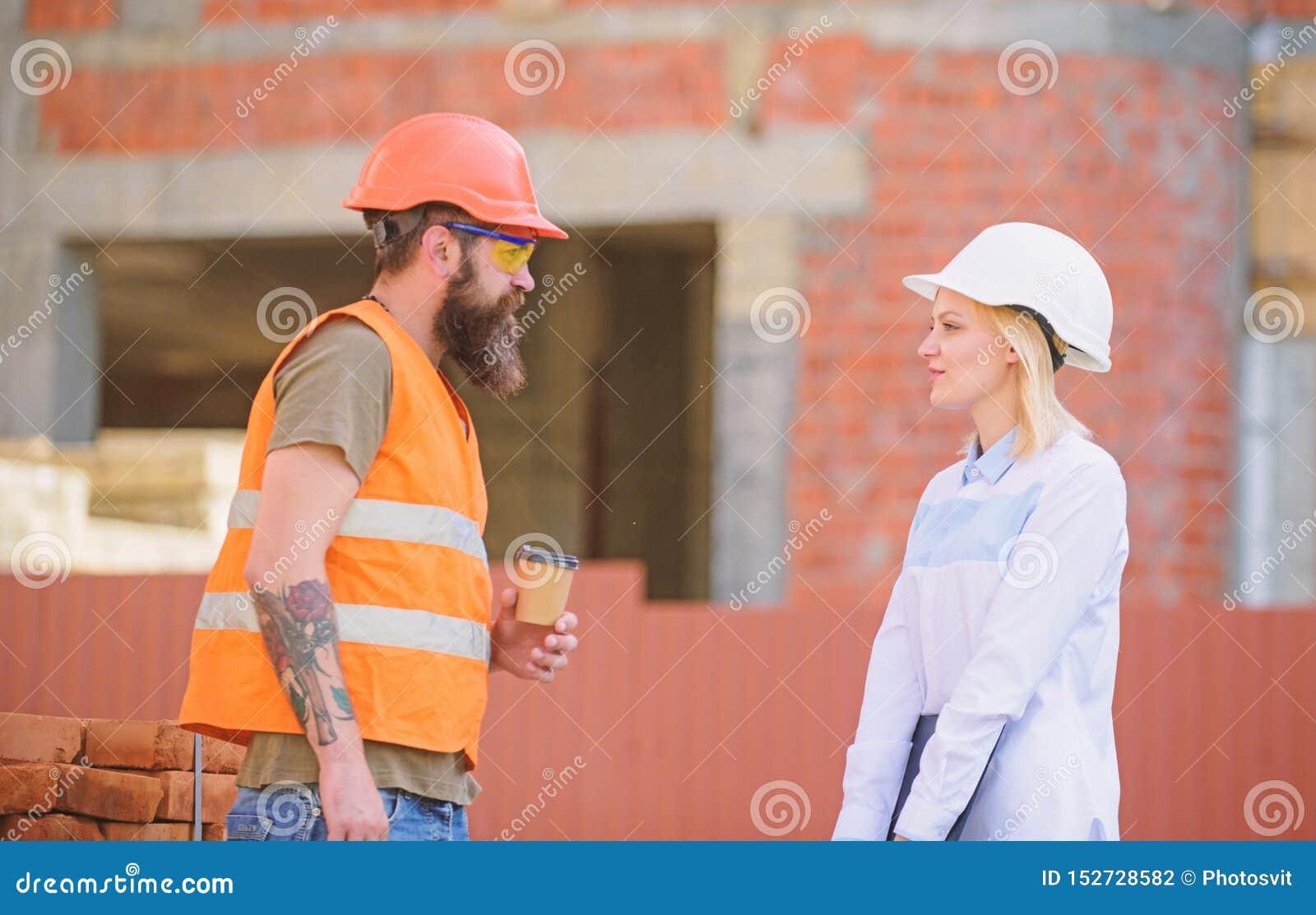 Relations entre les clients de construction et les participants de l industrie du b?timent Ing?nieur de femme et constructeur bru