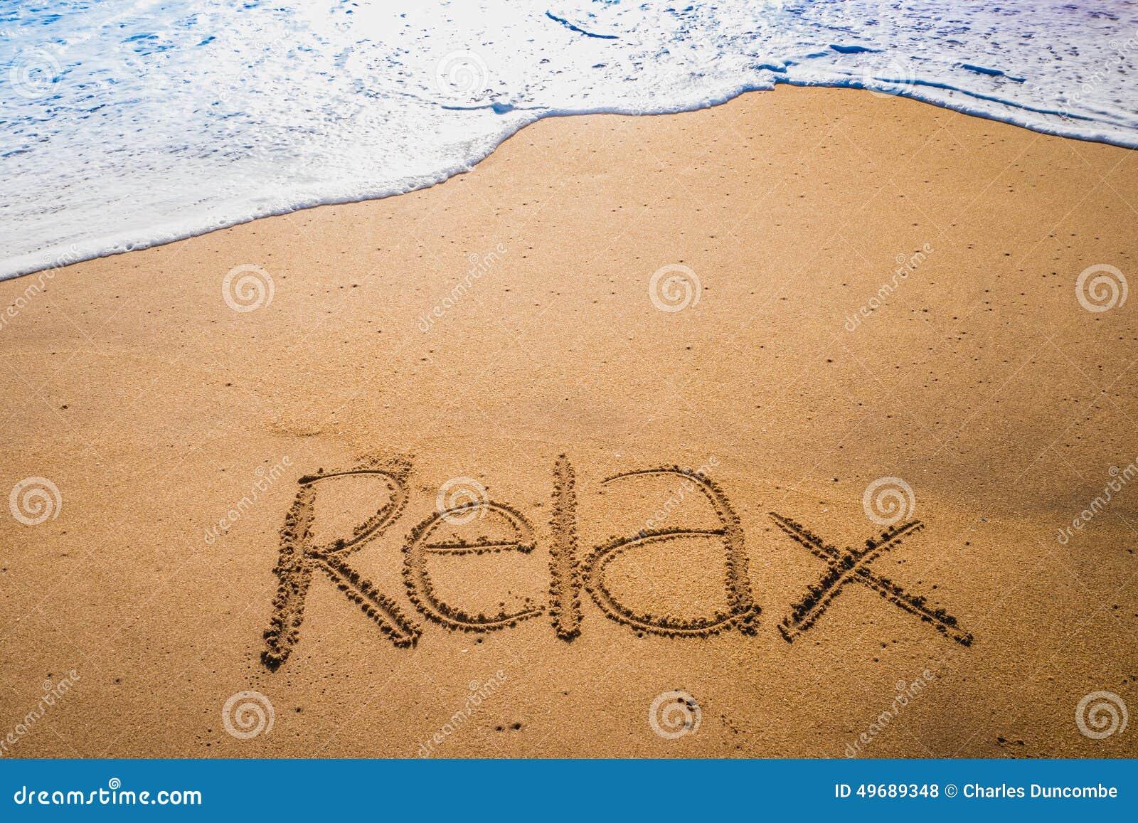 Palabras Escritas En La Arena De La: Relax Escrita En La Arena En Una Playa Foto De Archivo