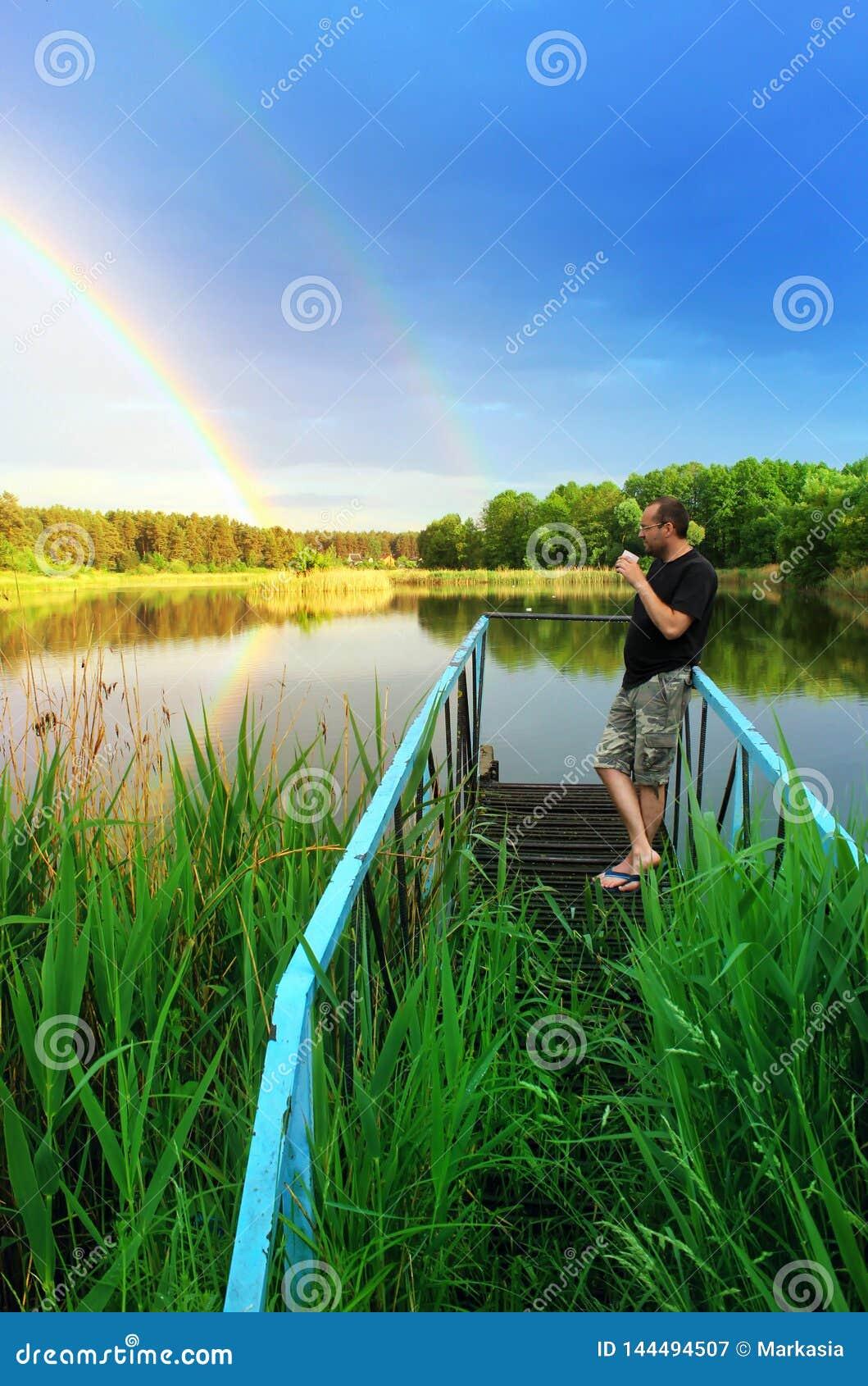 Relax Sikt av skogsjön efter regnet