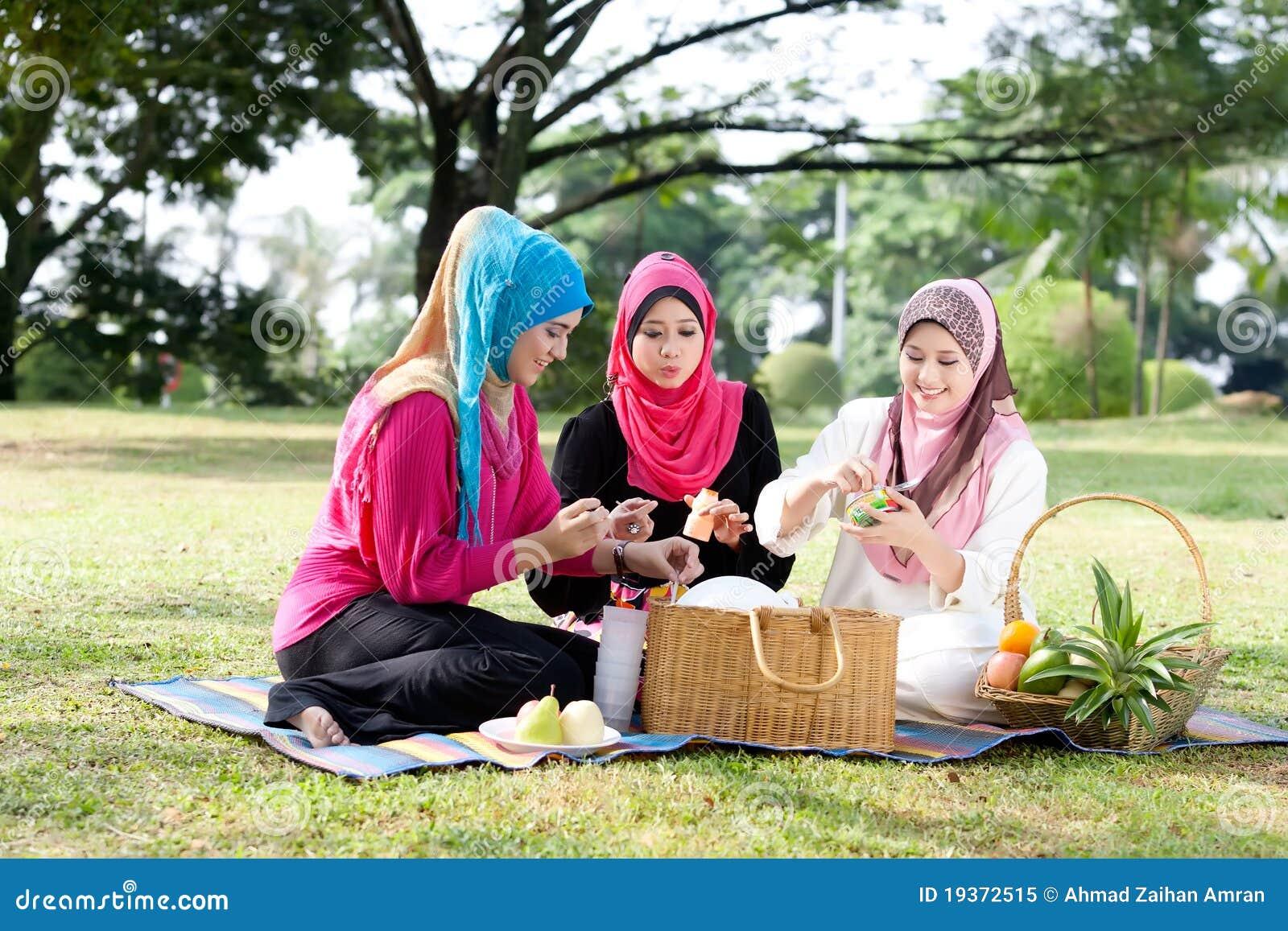 Relaxado com os amigos no parque