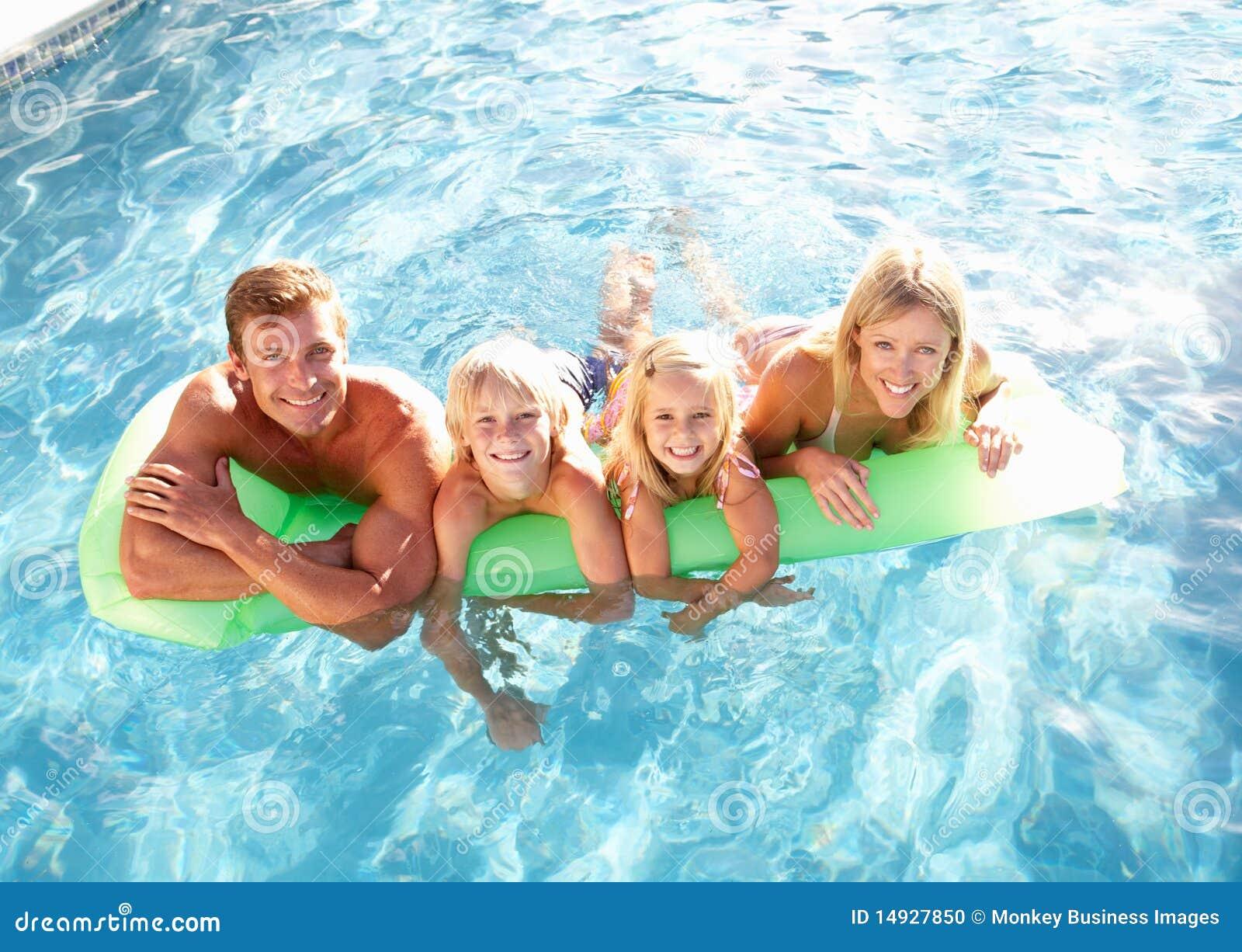 Relaxamento exterior da fam lia na piscina foto de stock imagem 14927850 - Business plan piscina ...