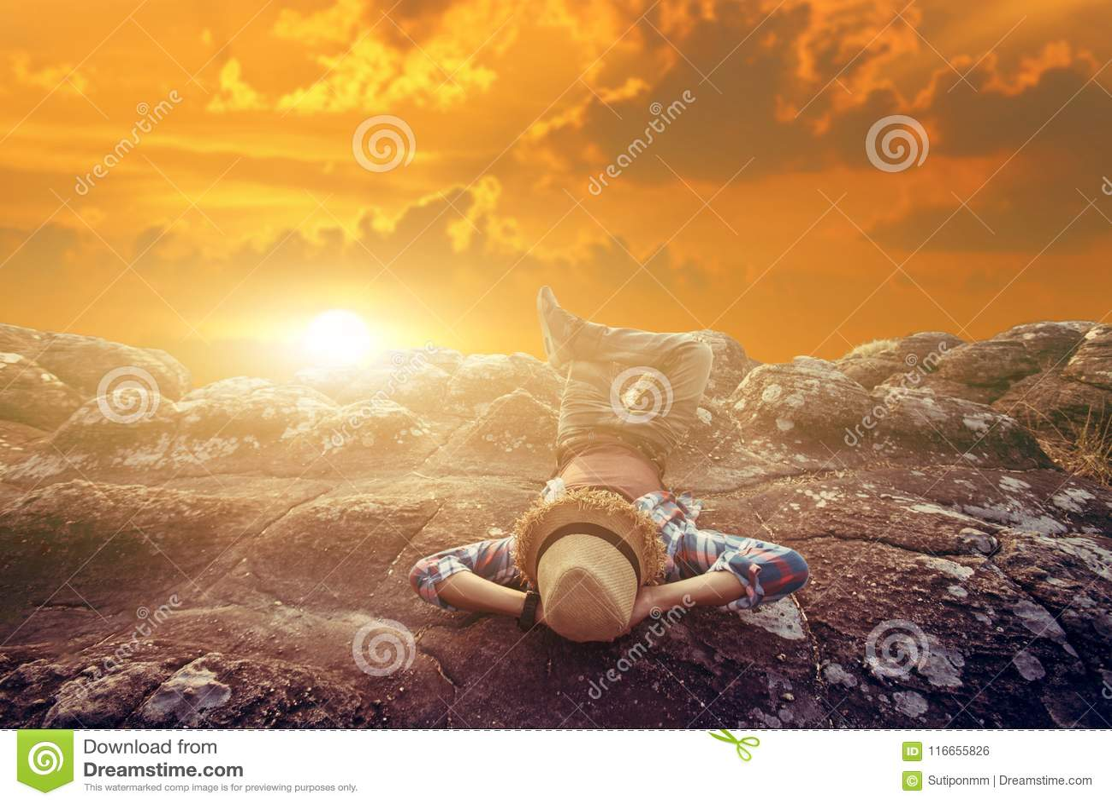 Relaxation de touristman de liberté avec la nature sur le coucher du soleil