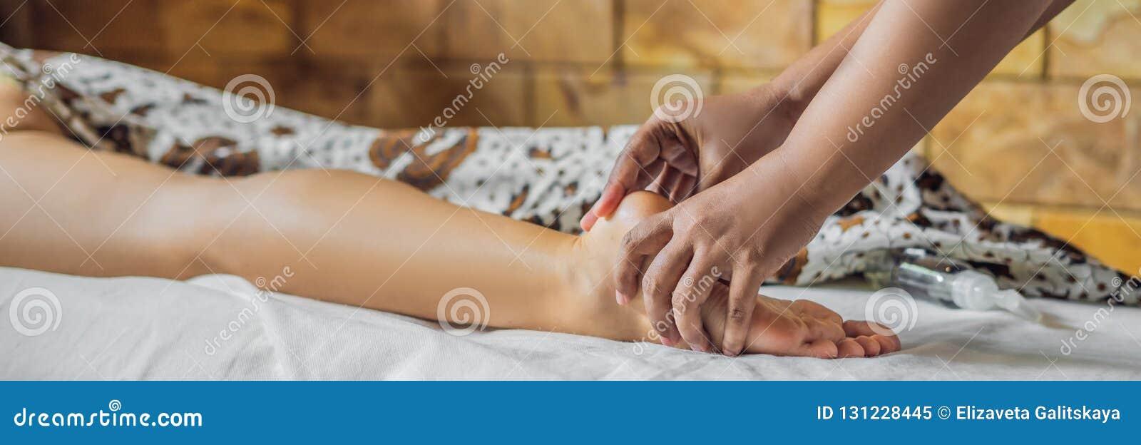 Relaxation totale Beau jeune Wwoman obtiennent le Balinese ou la BANNIÈRE thaïlandaise de massage, LONG FORMAT