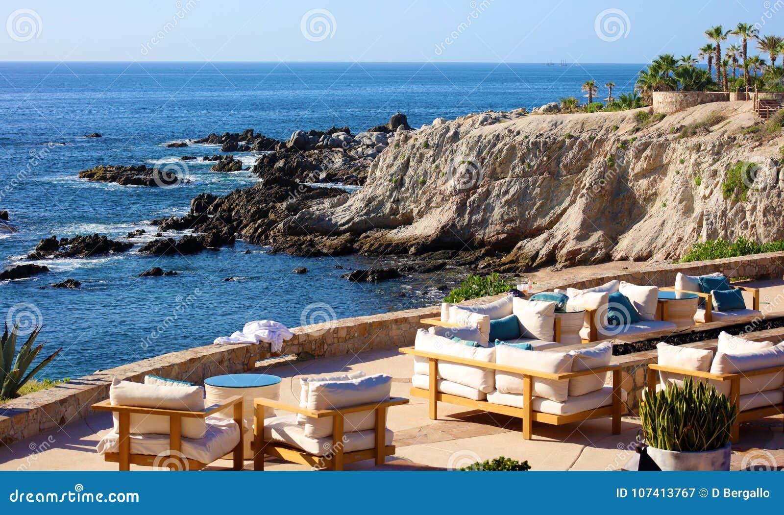 Relaxe a vista para o mar do lugar no penhasco rochoso no restaurante agradável do hotel de Califórnia Los Cabos México com vista