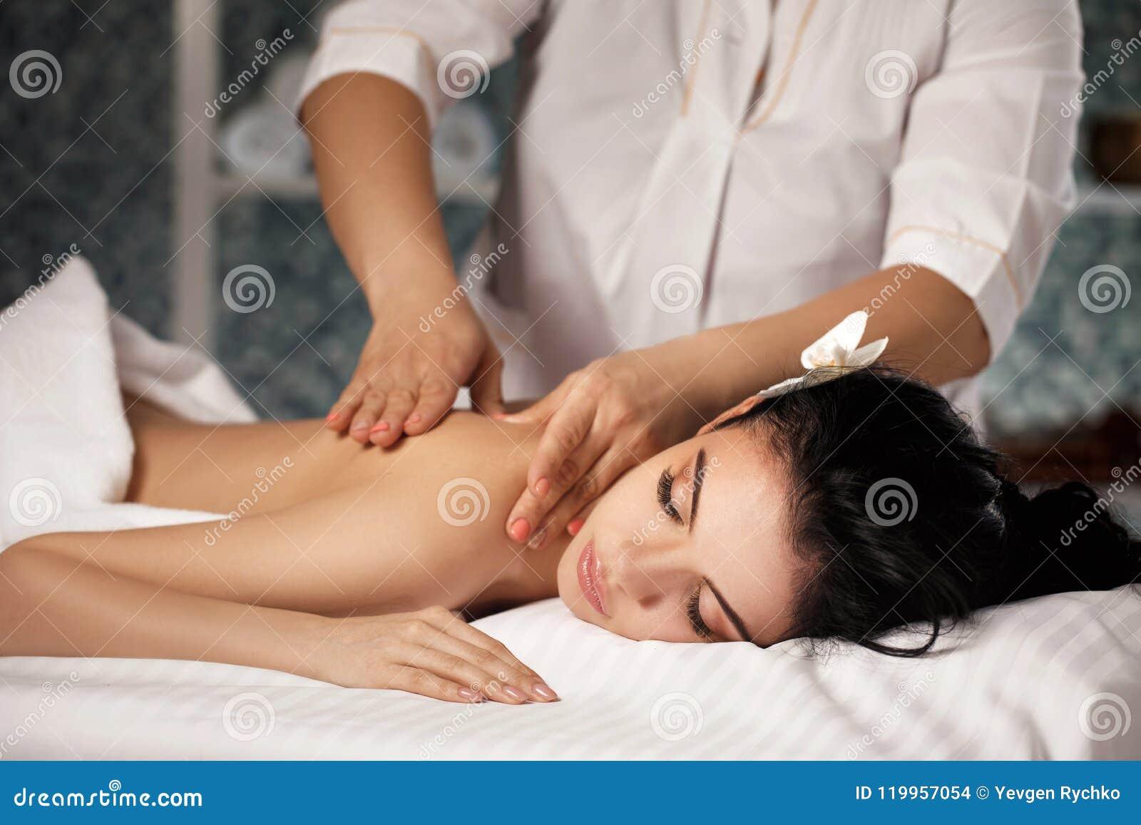 Девушка получает массаж эротический массаж для пары волгоград