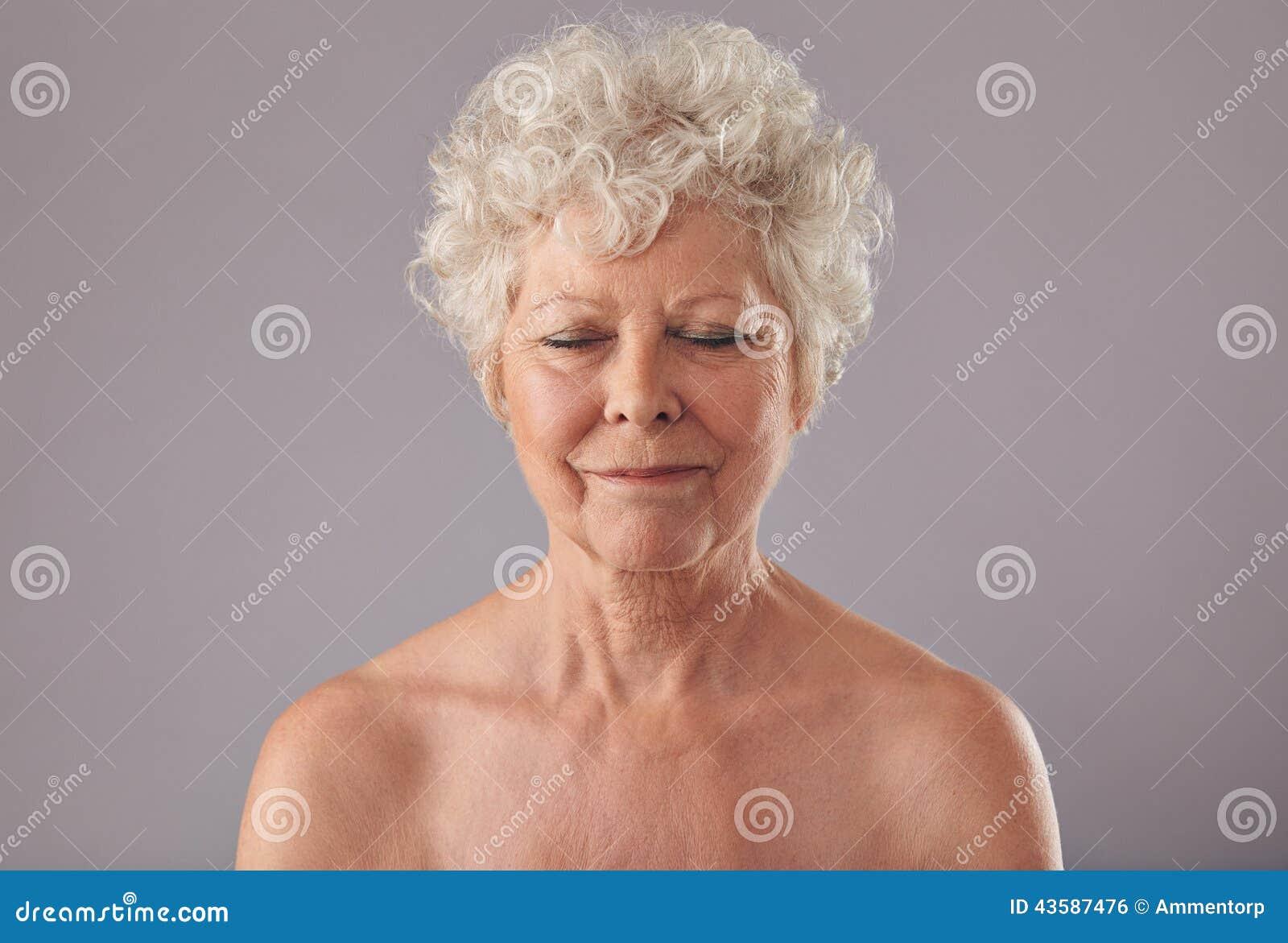Голая грудь пожилых женщин на видео наступило