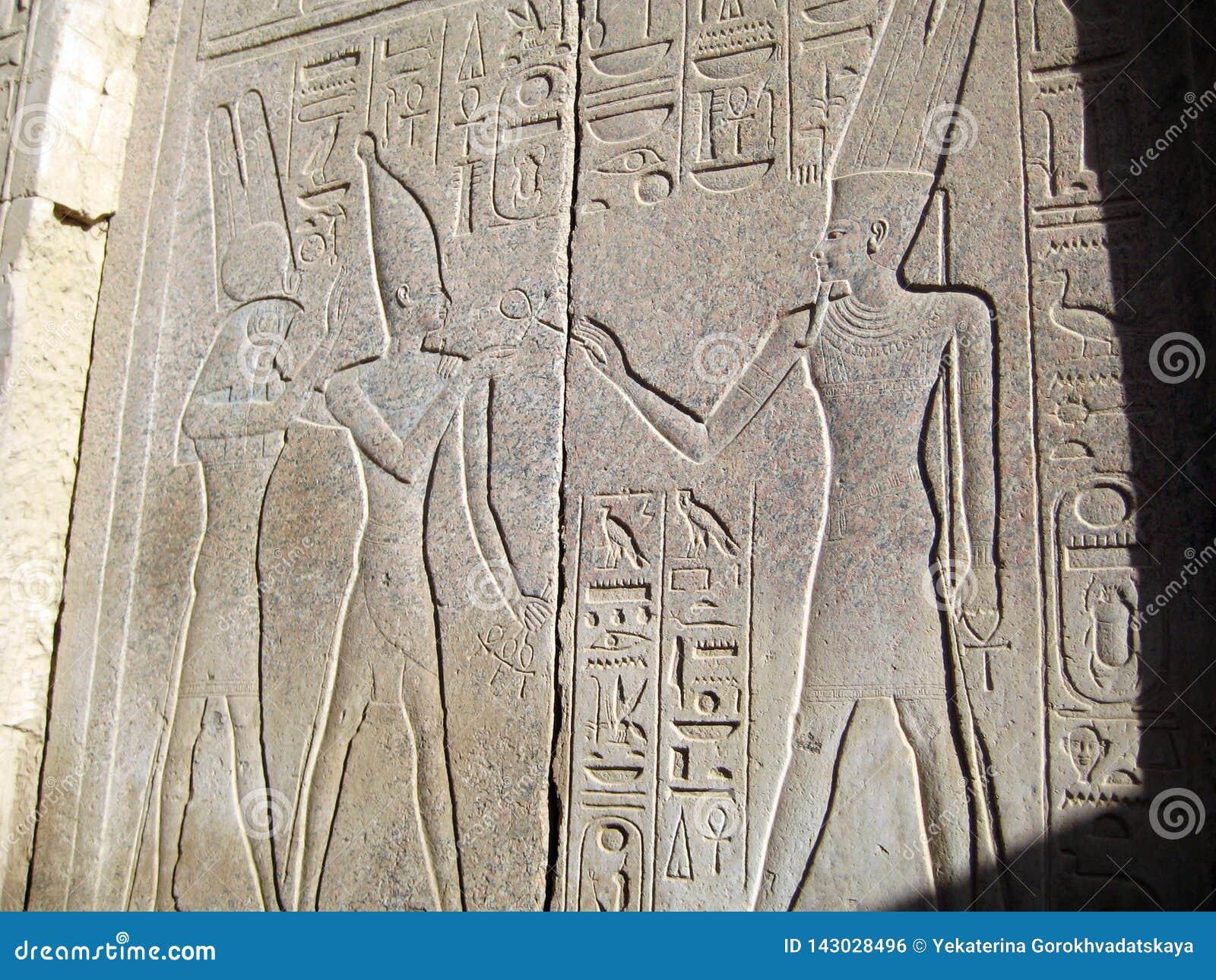 Relevo dos deuses e dos pharaohs egípcios