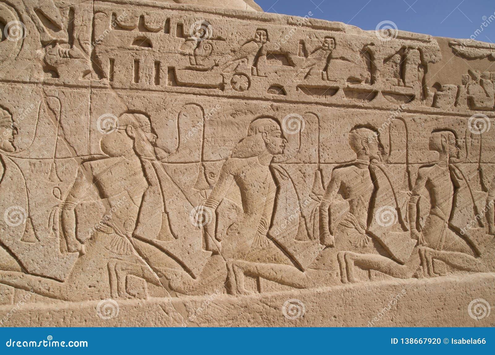 Relevo que descreve uma fileira dos cativos no templo de Abu Simbel de Ramesses II, Egito