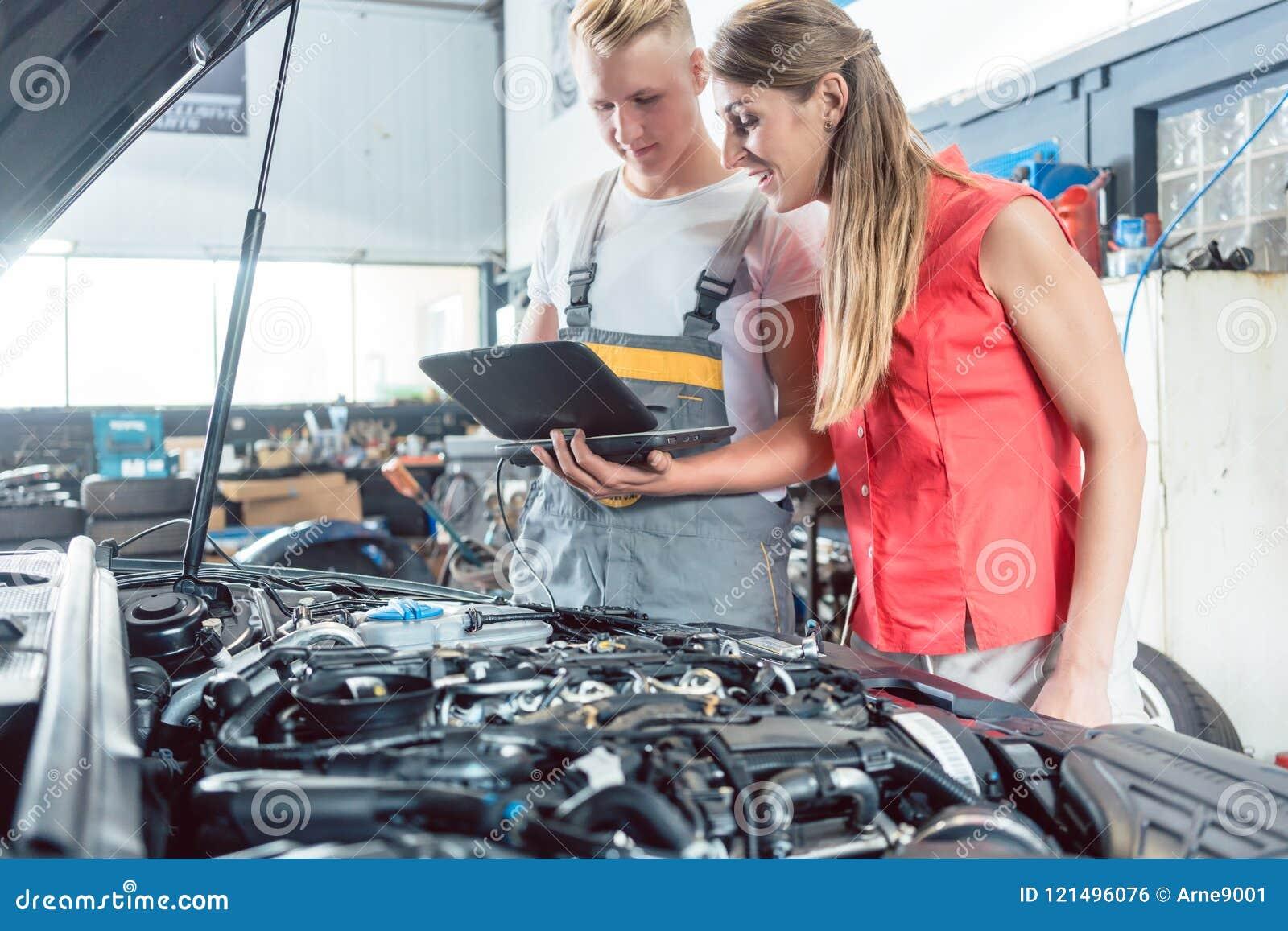 Reliable Auto Mechanics >> Auto Mechanic Showing To A Customer The Engine Error Codes