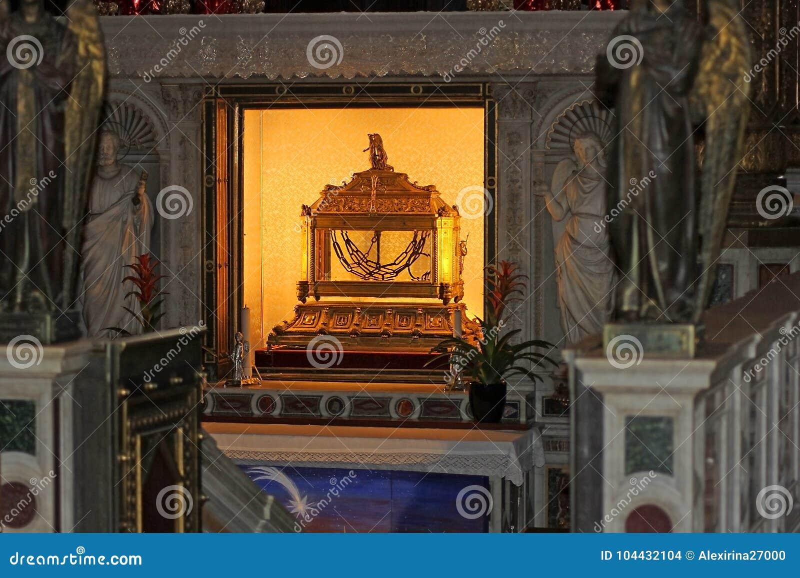 Relicário, contendo as correntes de St Peter, basílica San Pietro em Vincoli em Roma, Itália