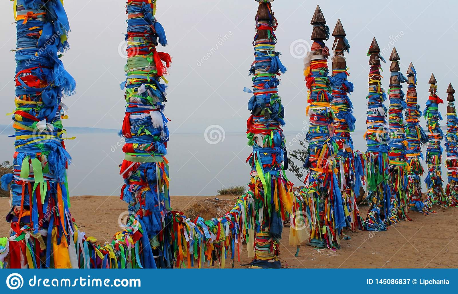 Religiöse helle bunte asiatische Säulen