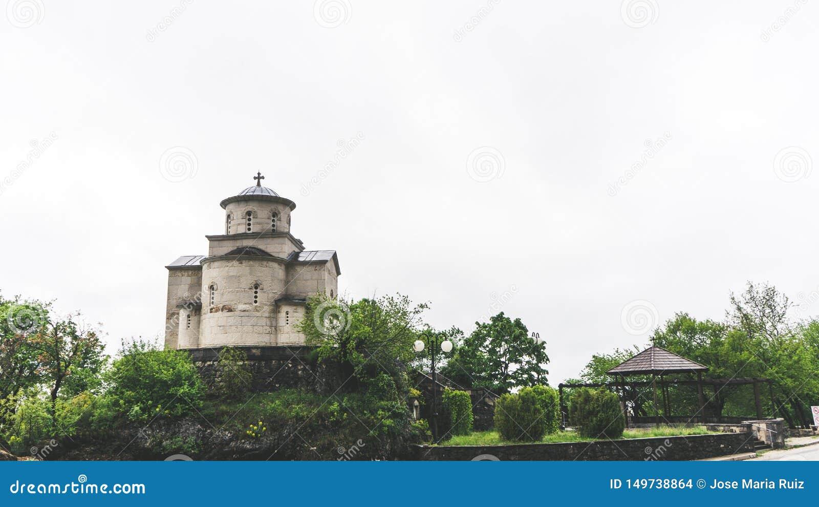Religi?s arkitektur Kupol av den serbiska ortodoxa kyrkan under den Ostrog kloster i Montenegro
