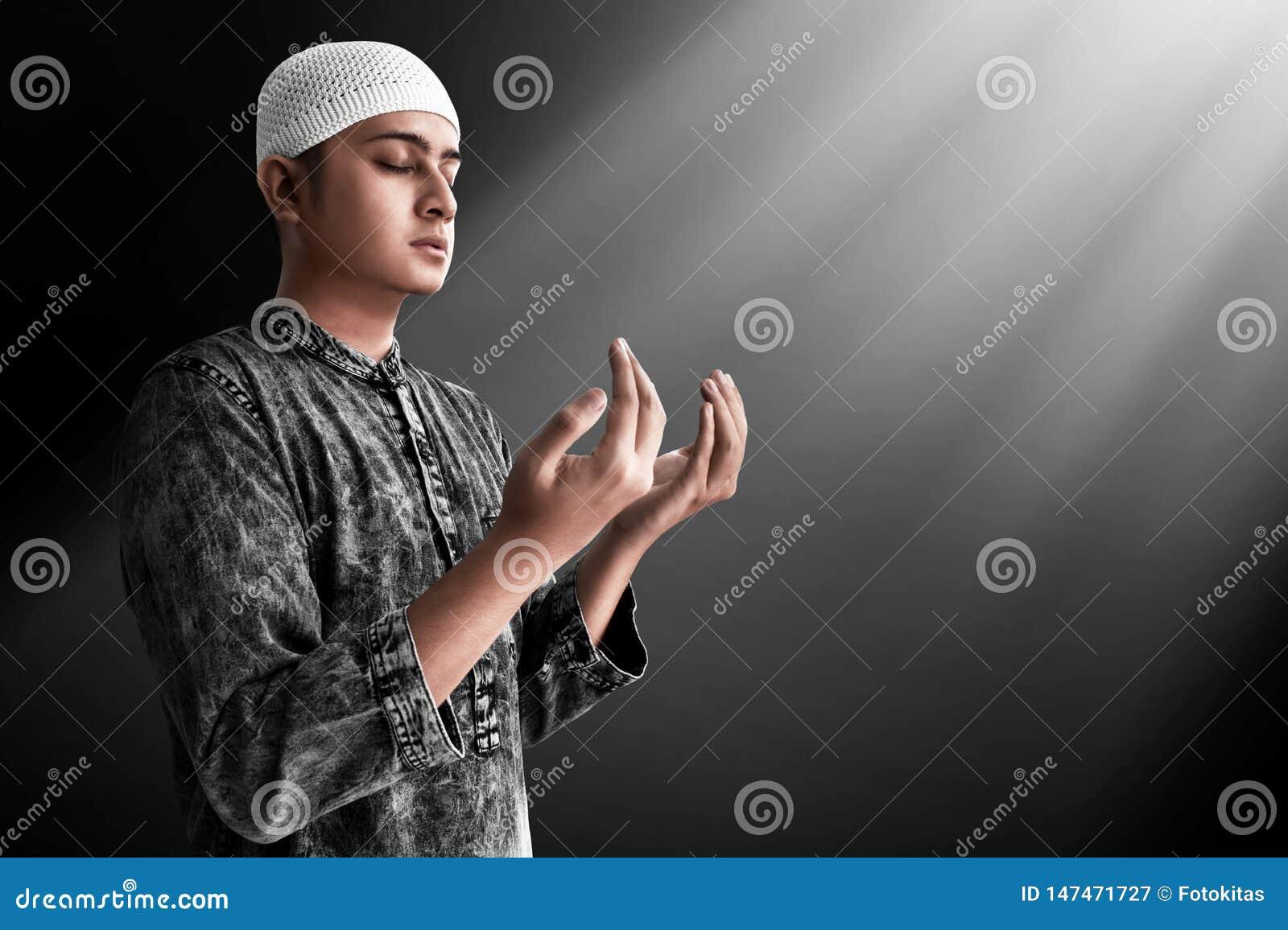 Religijny azjatykci muzu?ma?ski m??czyzna modlenie