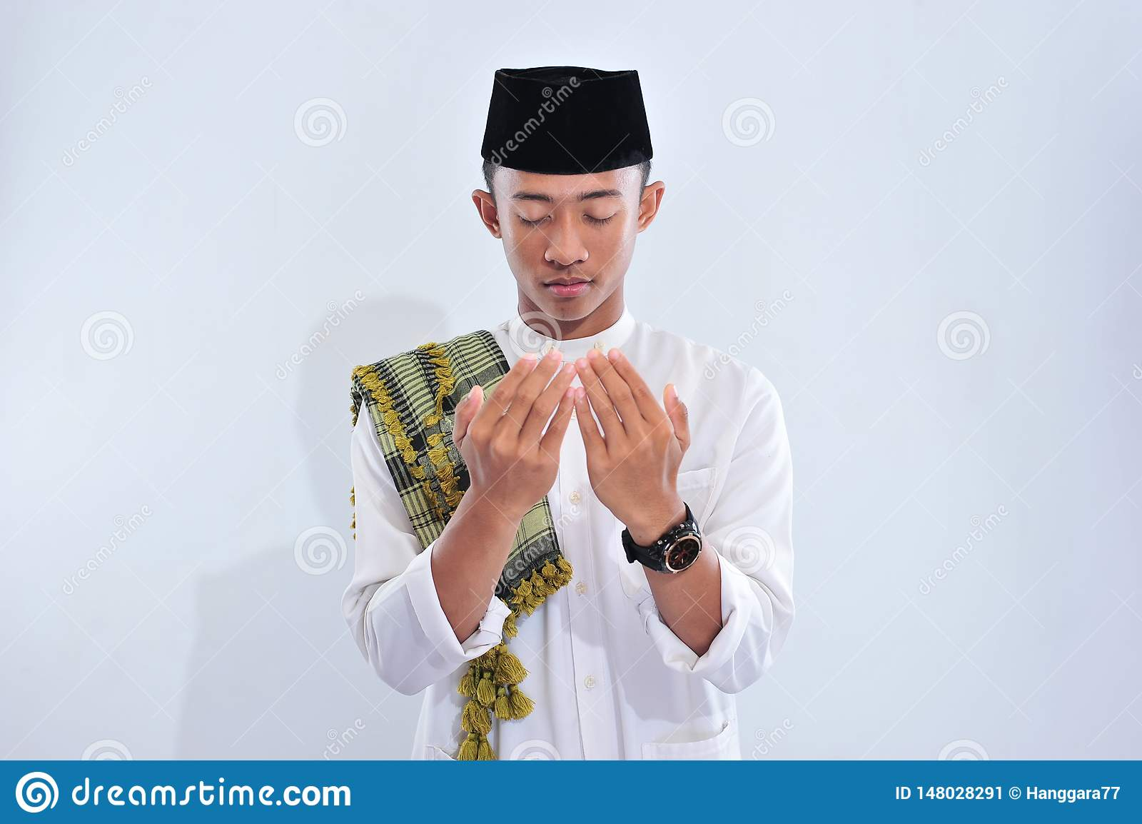 Religijny azjatykci muzu?ma?ski m??czyzna w tradycyjnym smokingowym ono modli si? i robi dua, Azjatycka muzu?ma?ska m??czyzna odz