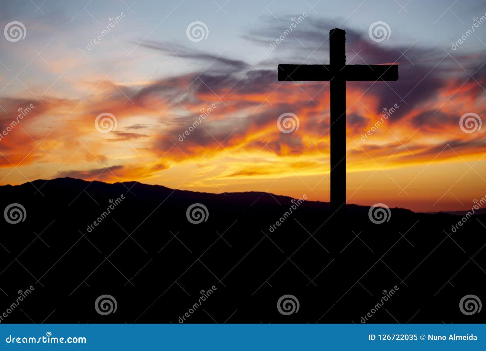 Religiontema, katolikkors och solnedgång