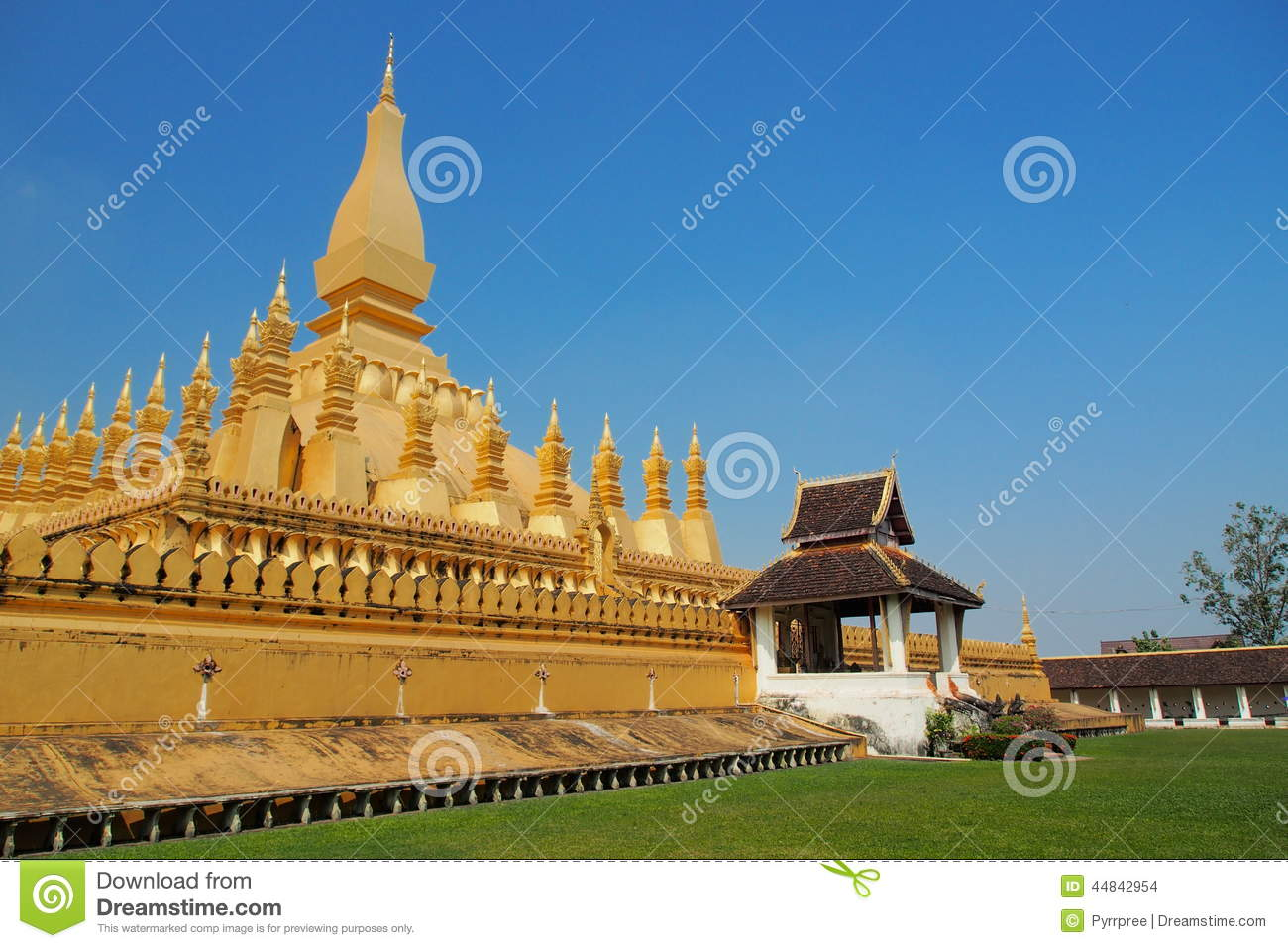 Religious architecture and landmark golden pagoda wat for Wat architecture