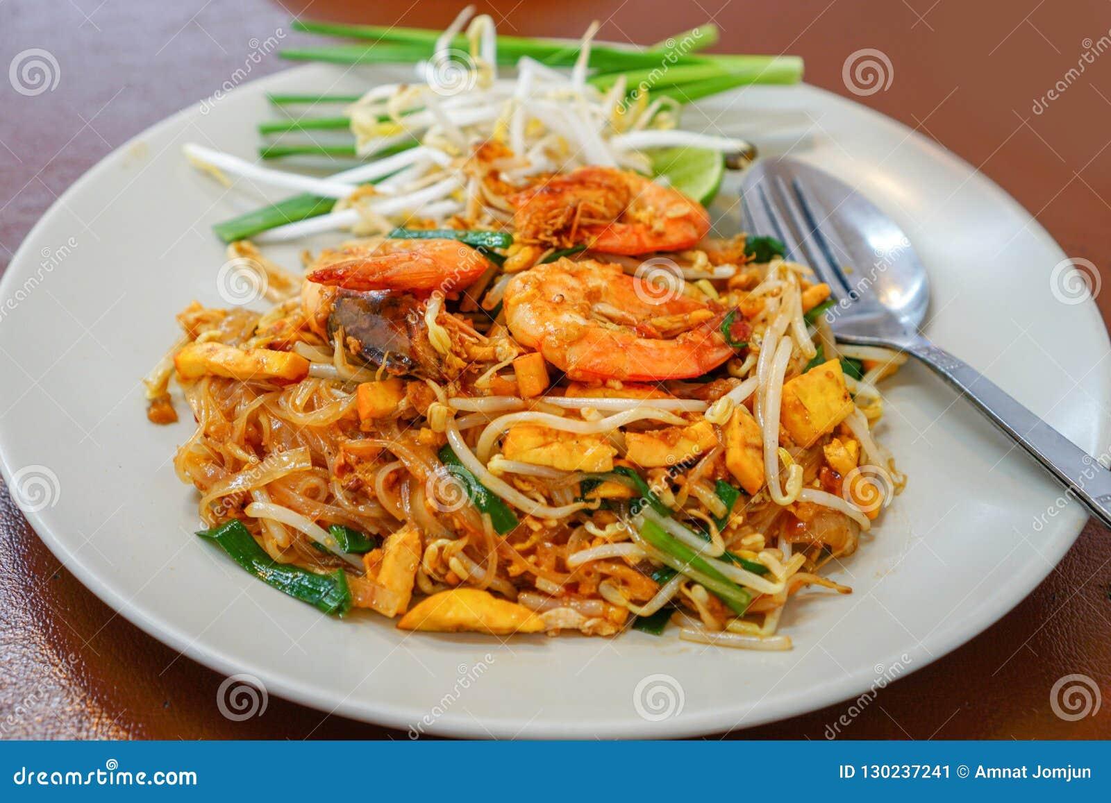 Rellene el césped tailandés de Goong en una placa blanca