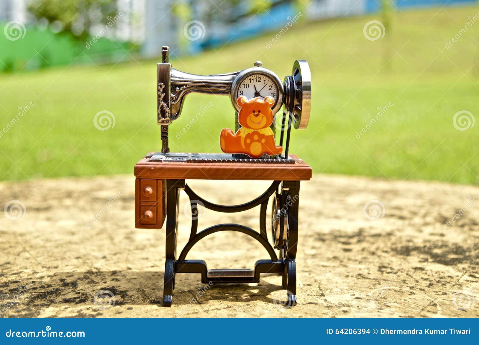 Reloj Antic de la máquina de coser en una tabla