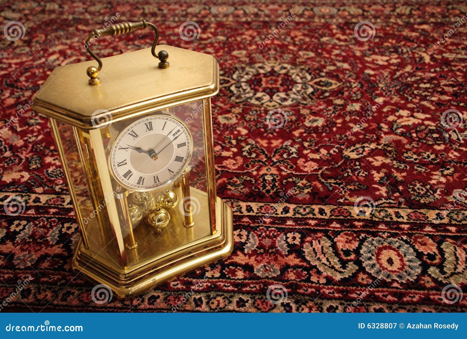 Reloj antiguo en la manta persa