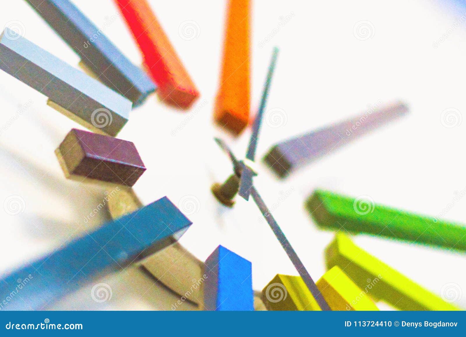 Reloj colorido inusual moderno, mecanismo, extracto, tiempo en la textura blanca del fondo
