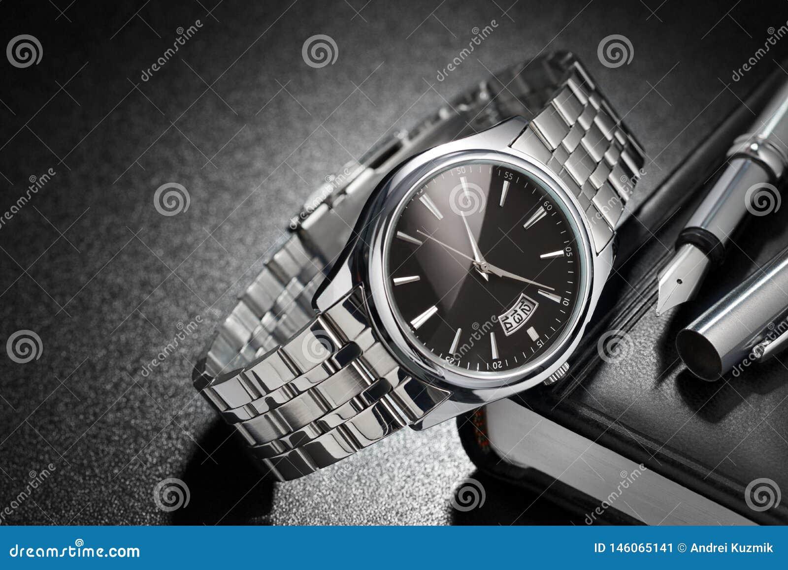 Reloj de acero en fondo negro