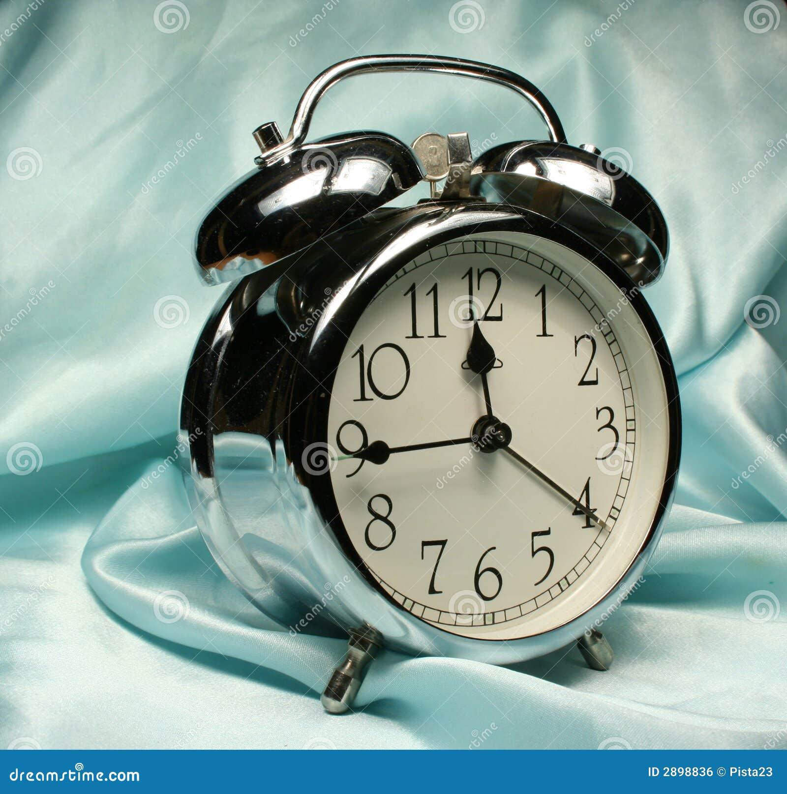 Reloj de alarma en fondo azul