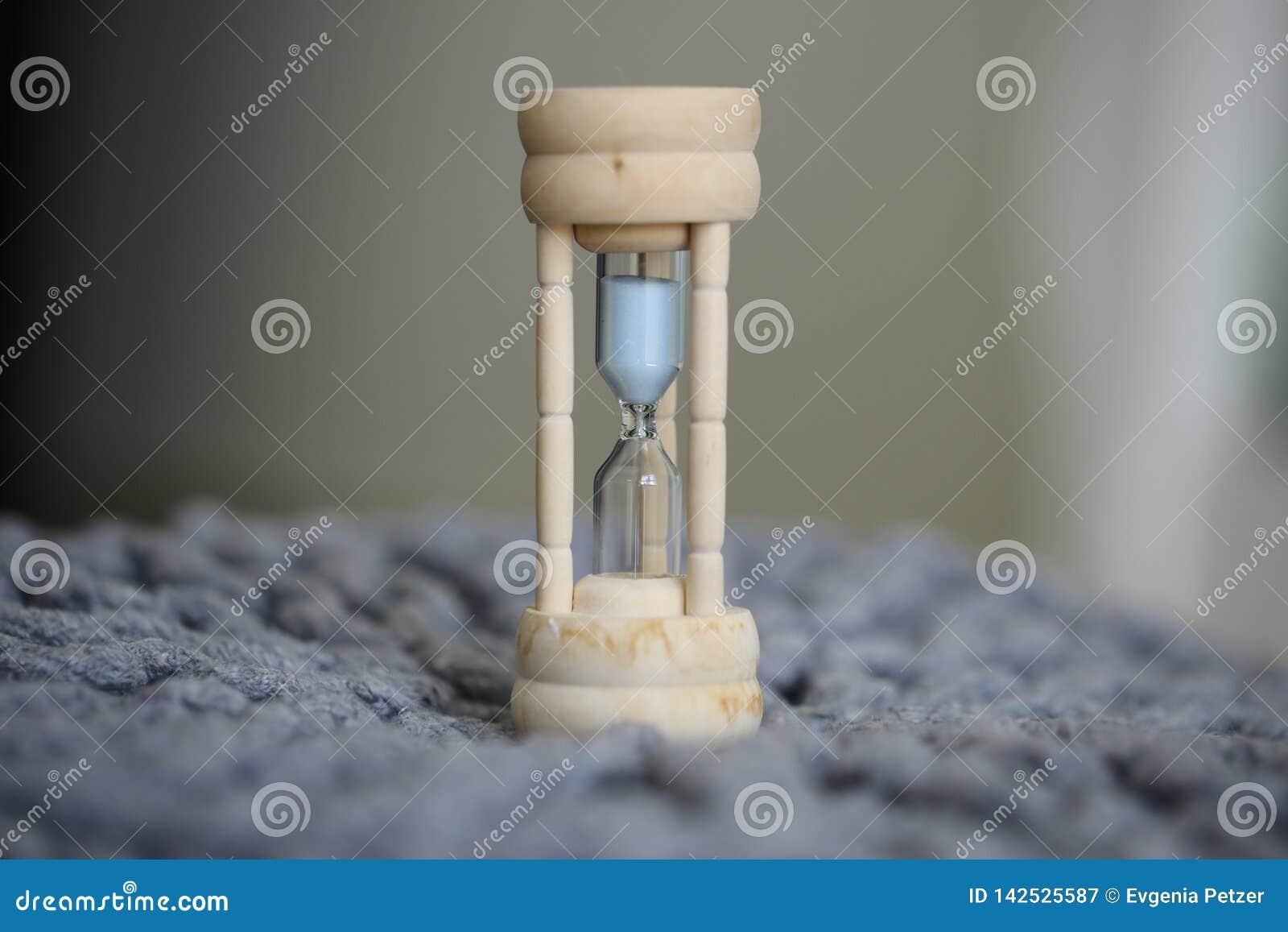 Reloj de arena en casa, concepto de planeamiento del tiempo eficaz