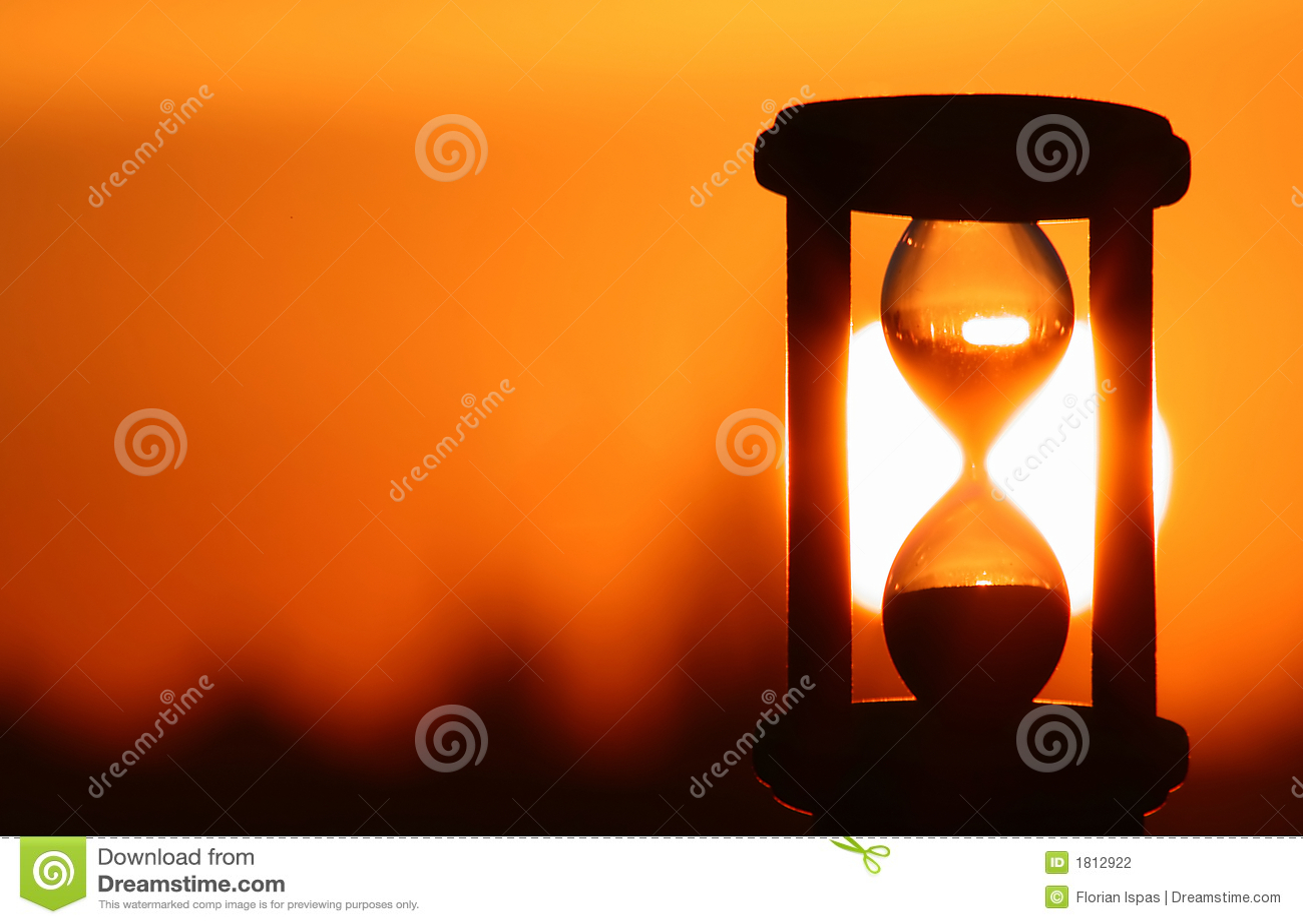 Reloj de arena en puesta del sol