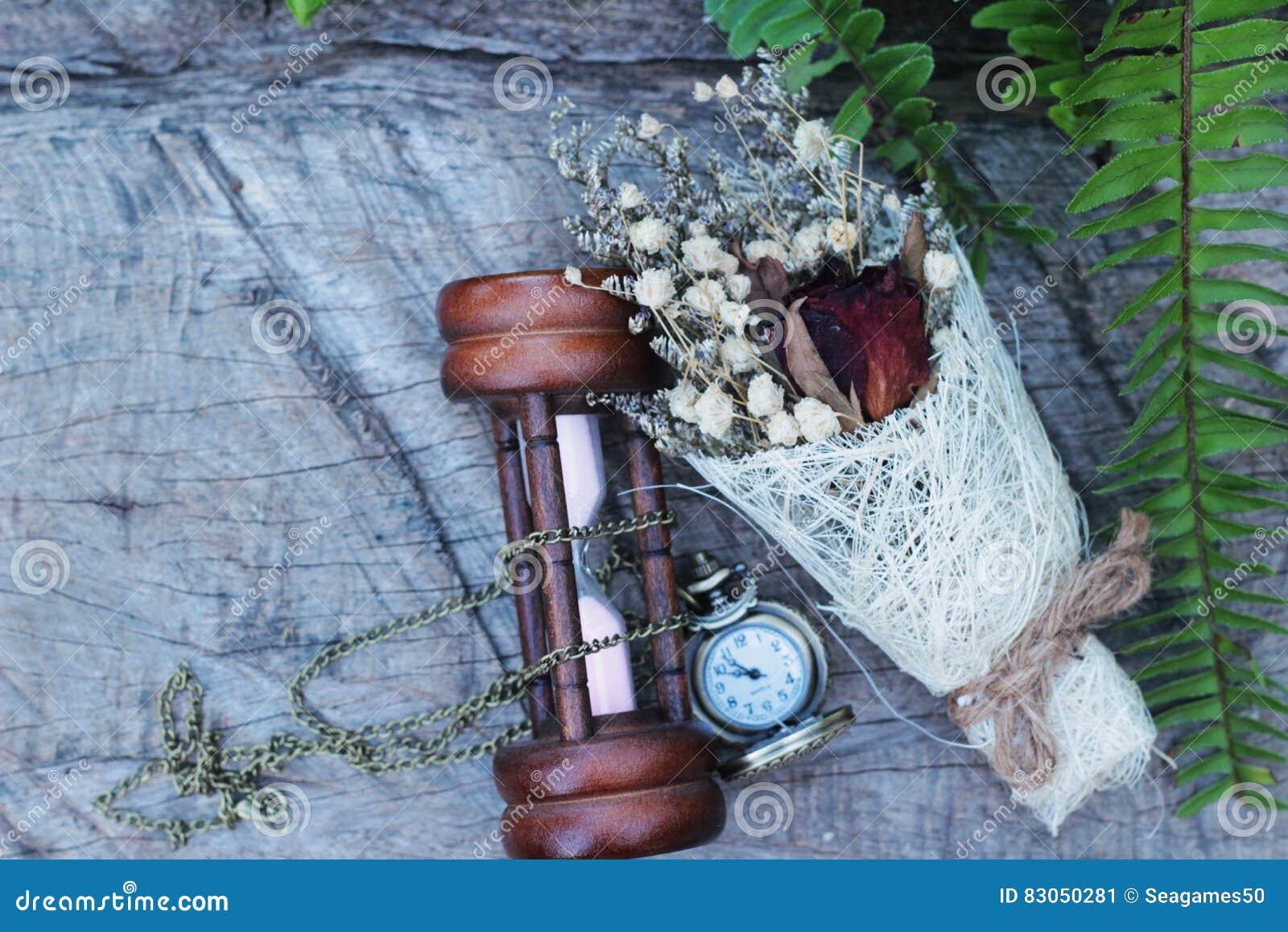 Reloj De Bolsillo Y Reloj De Arena Antiguos Con Las Flores Secadas