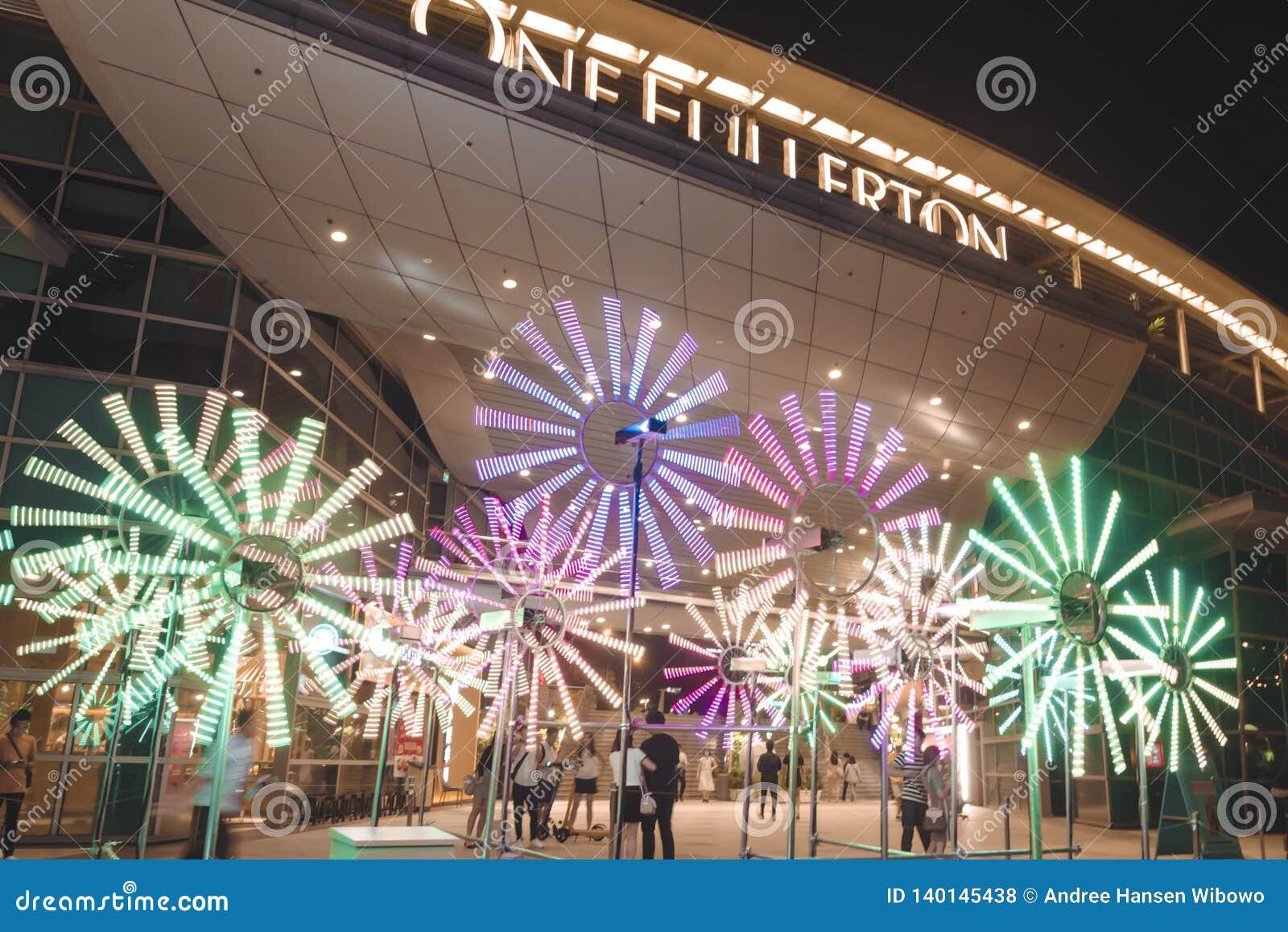 Reloj de la flor delante de un Fullerton para el iLight 2019 de Singapur