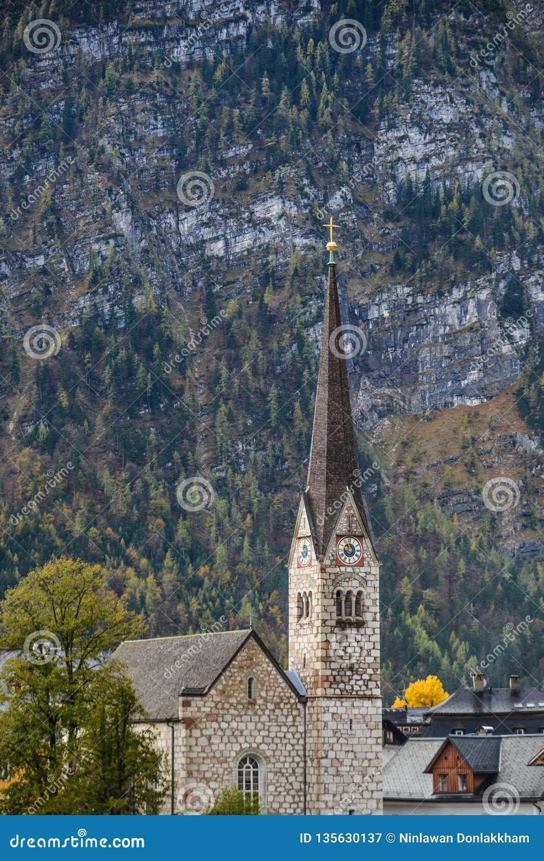 Reloj de la iglesia protestante en alta torre