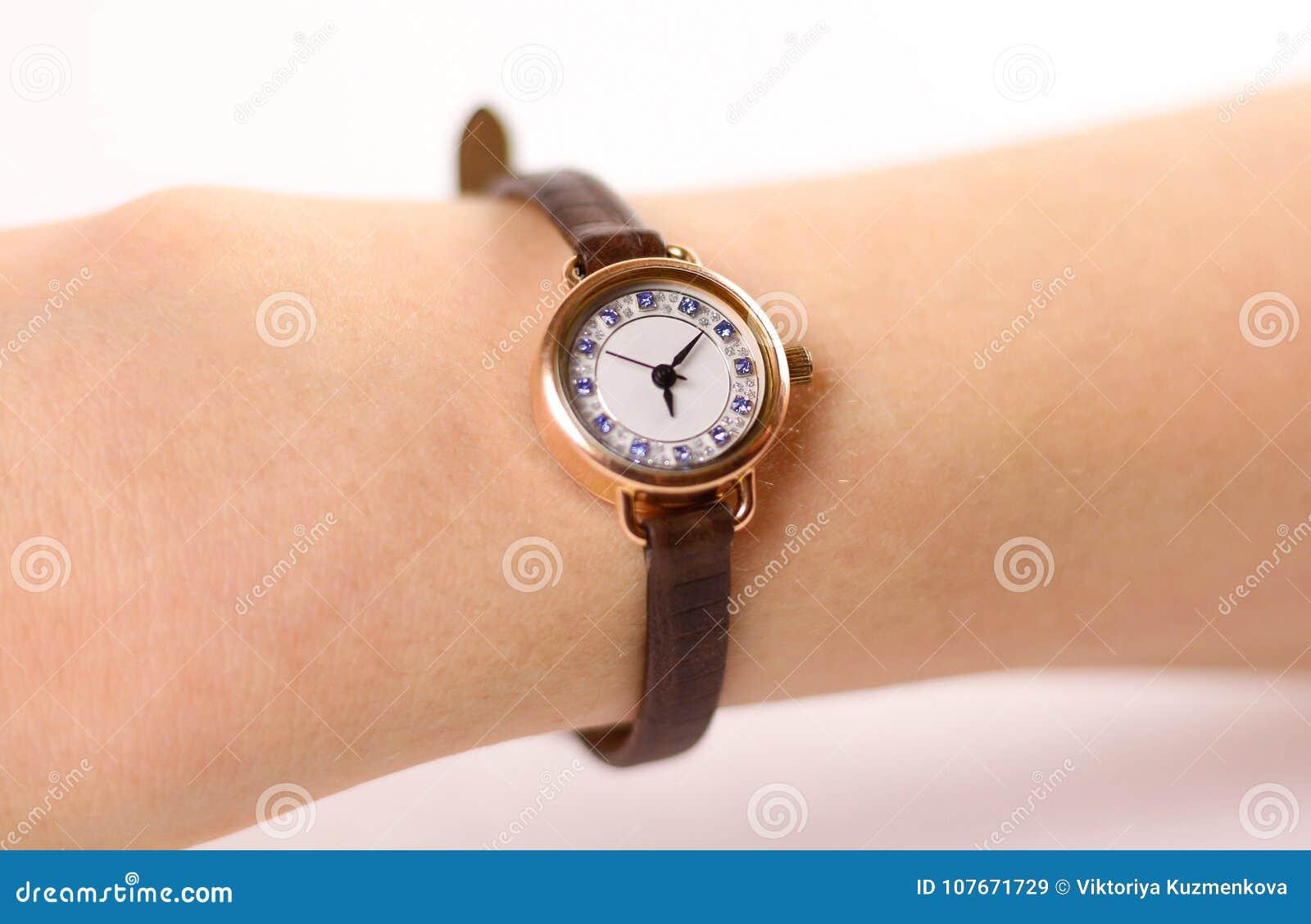 fee7b606da38 Reloj De Oro Para Mujer Con La Correa De Cuero En La Mano En Un CCB ...