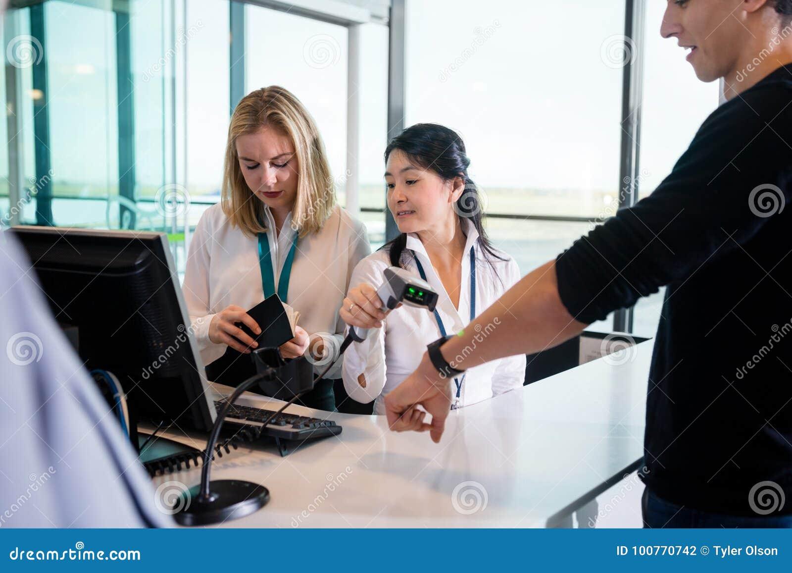 Reloj de Scanning Passengers Smart del recepcionista mientras que colega Che