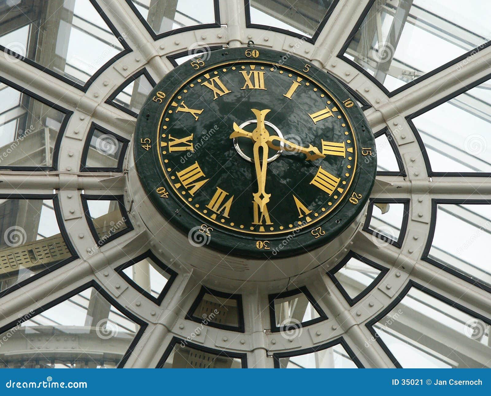 Download Reloj De Una Alameda De Compras Imagen de archivo - Imagen de dedos, ventanas: 35021