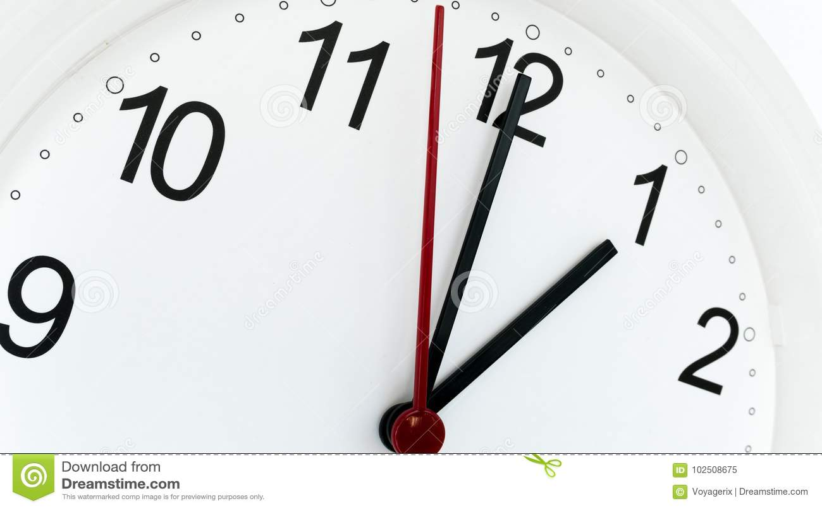 Reloj del primer que hace tictac mostrando una hora