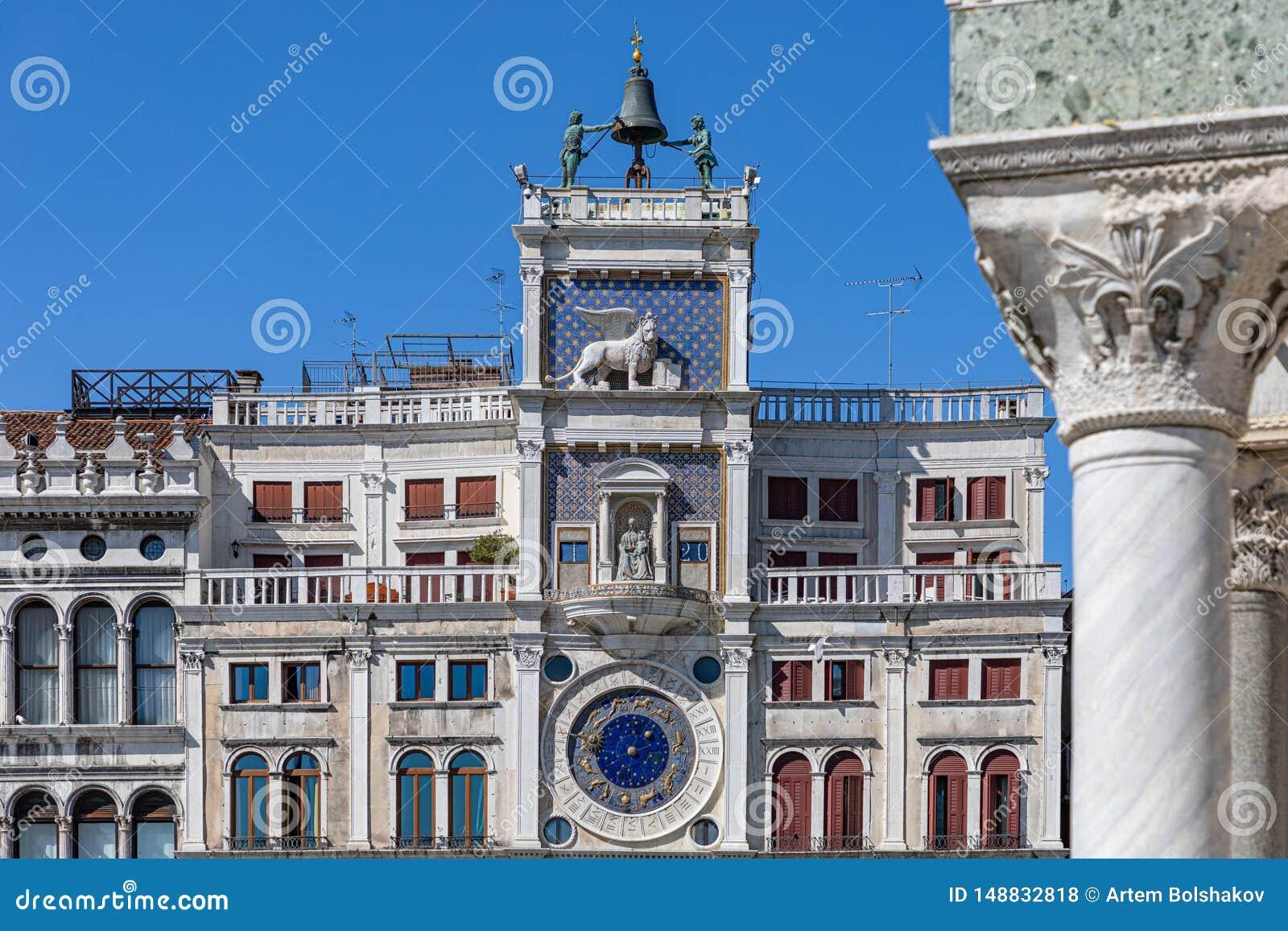 Reloj del ` s de St Mark Plaza San Marco, Venecia del cuadrado de San Marco La torre de reloj de la plaza San Marco