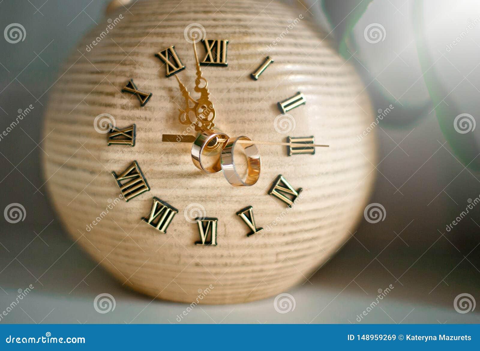 Reloj del vintage con los anillos en las flechas